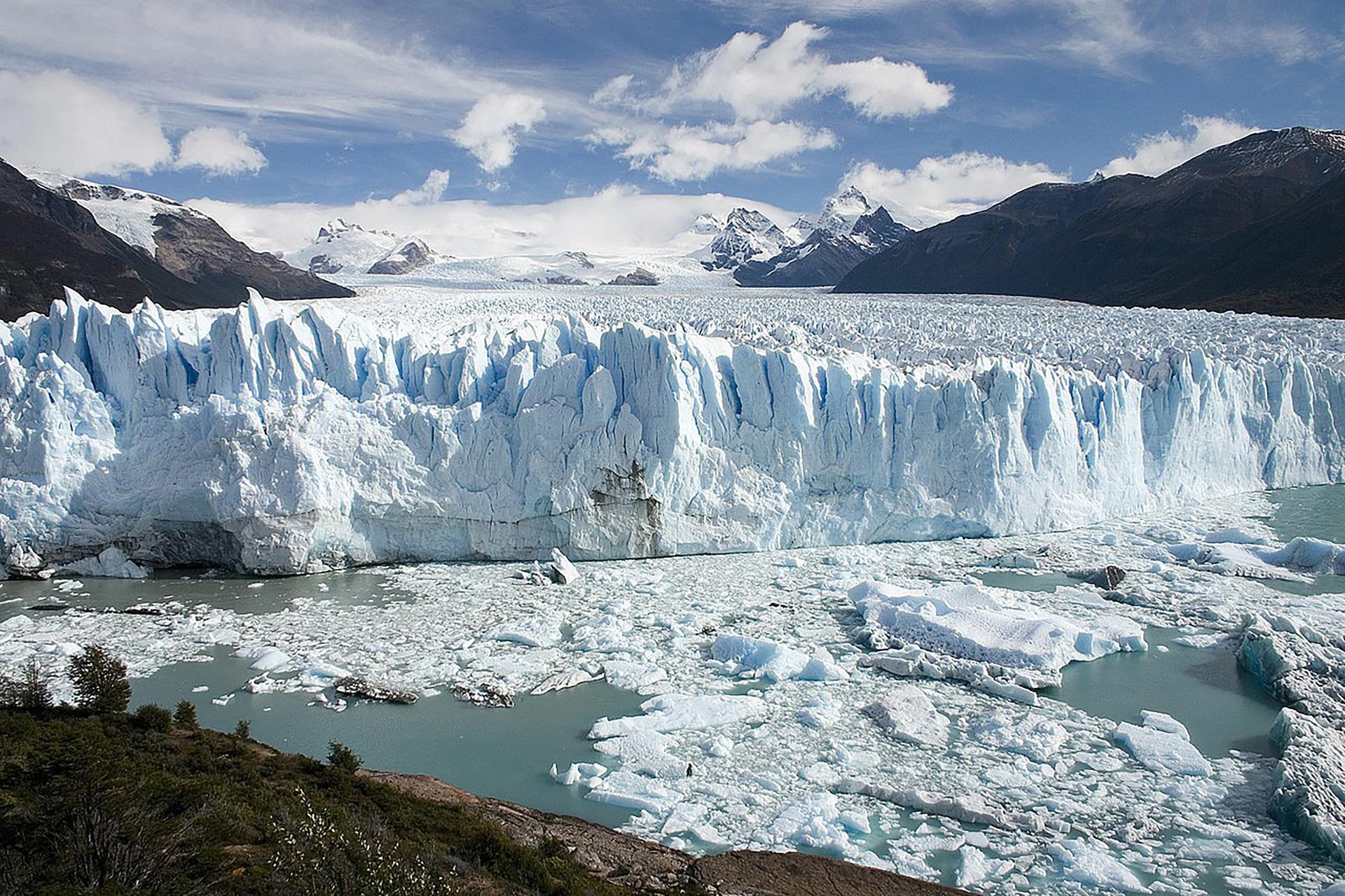 Los hielos del Perito Moreno avanzan sin cesar, lo cual da origen a la ruptura y desprendimiento de gigantescos bloques congelados. (Wikipedia)