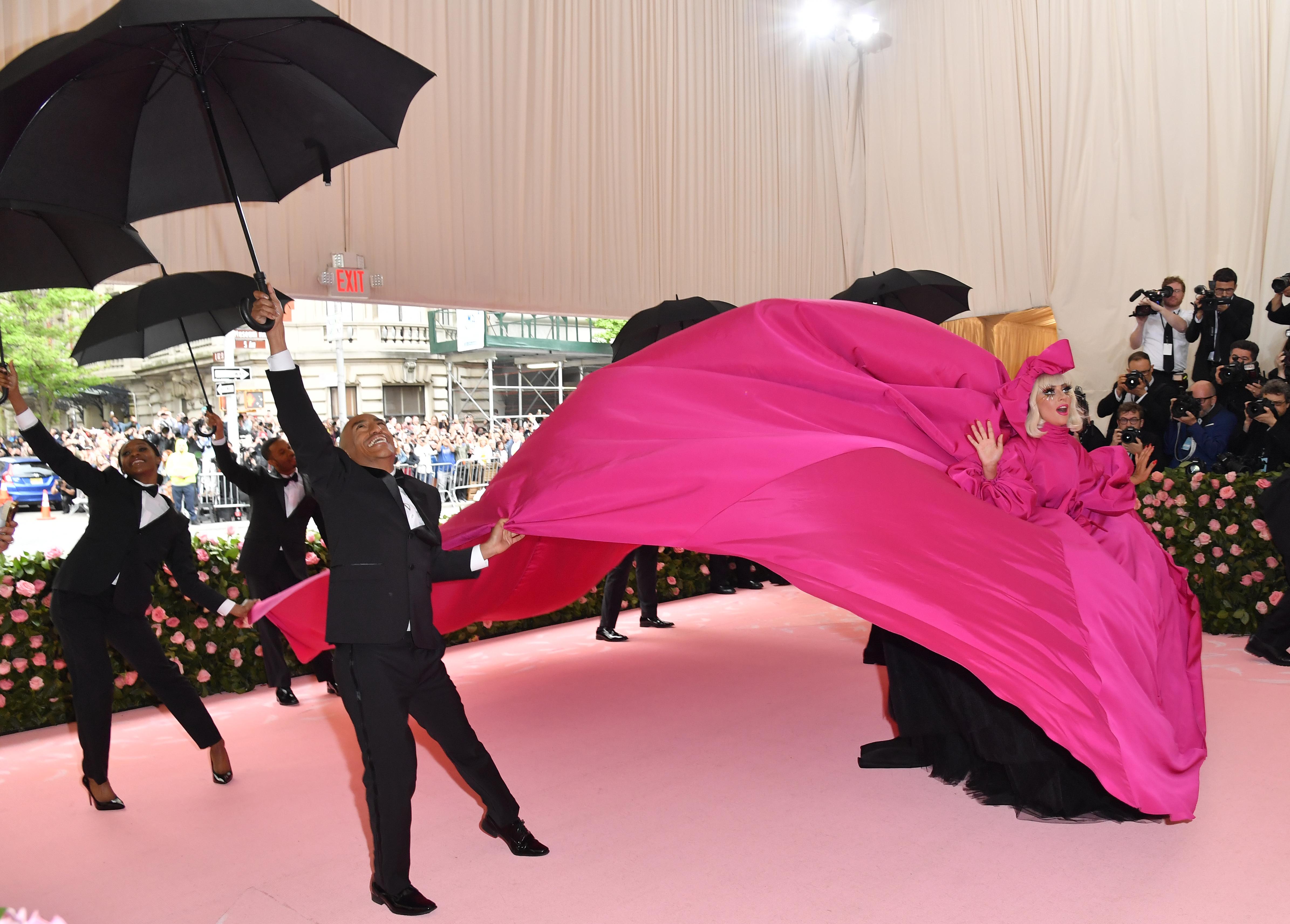 Lady Gaga y una perfo muy particular, al llegar a la gala del Met.
