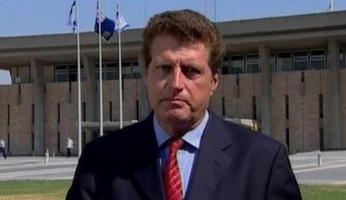 Julian Manyon se retiró tras una larga carrera de periodista que incluyó su secuestro en Buenos Aires. (Cortesía Julian Manyon/ITV)