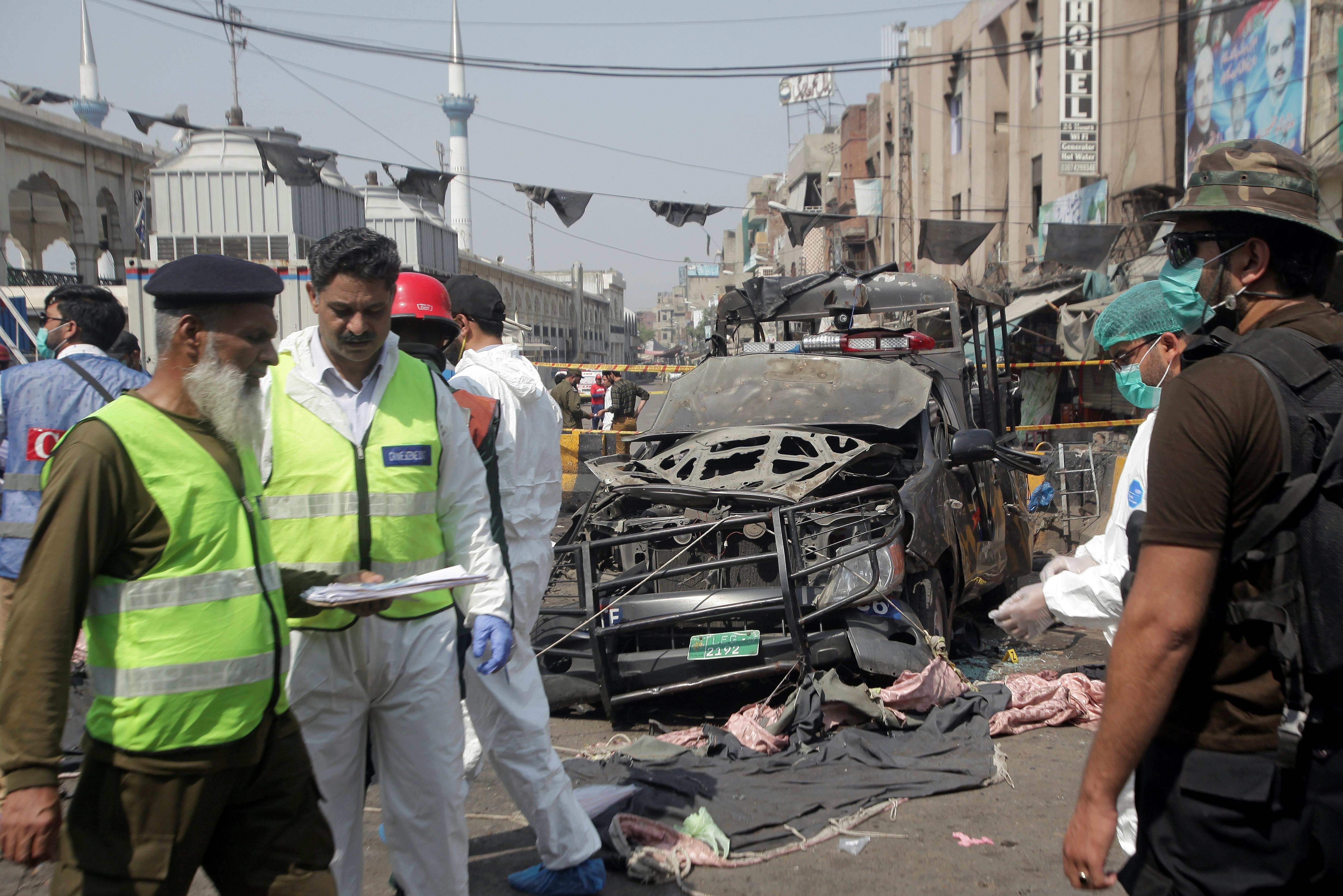 Fuerzas de seguridad tras la explosión en Lahore(REUTERS/Mohsin Raza)