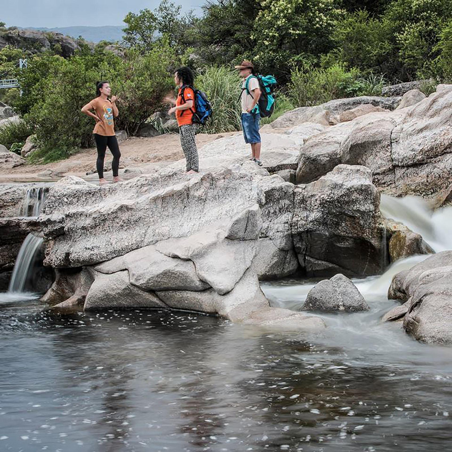 En pleno territorio del Valle de Traslasierra impera el río Mina Clavero. Su naciente en la Pampa de Achala, es el producto de la confluencia de riachuelos y arroyos que lo hacen fresco, cristalino y torrentoso