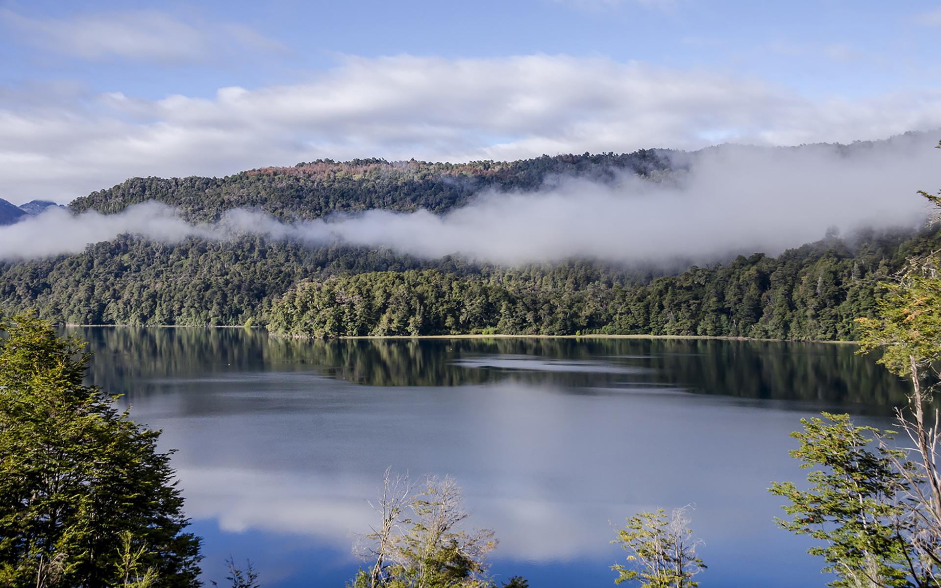 Compartido por las provincias patagónicas de Neuquén y Río Negro, es el parque nacional más antiguo del país. Bosques húmedos y fríos, nieves eternas en sus cerros más icónicos y una gran variedad de lagos arroyos y ríos conforman un paisaje excepcional admirado en todo el mundo