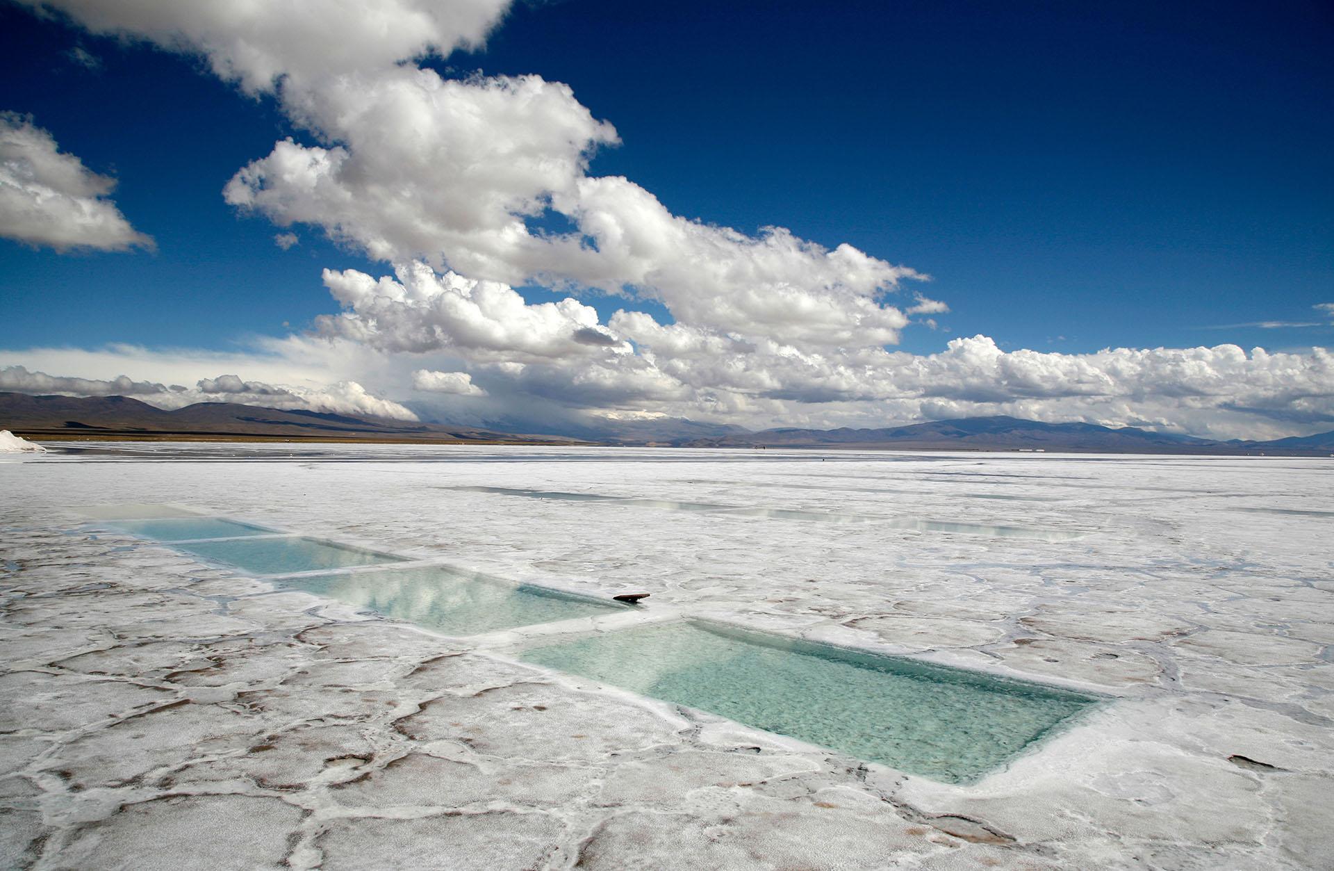 Este inmenso desierto refulgente ubicado a 4.000 metros de altura tiene su origen entre cinco y diez millones de años atrás, cuando la cuenca se cubrió por completo de aguas provenientes de un volcán (Grosby)