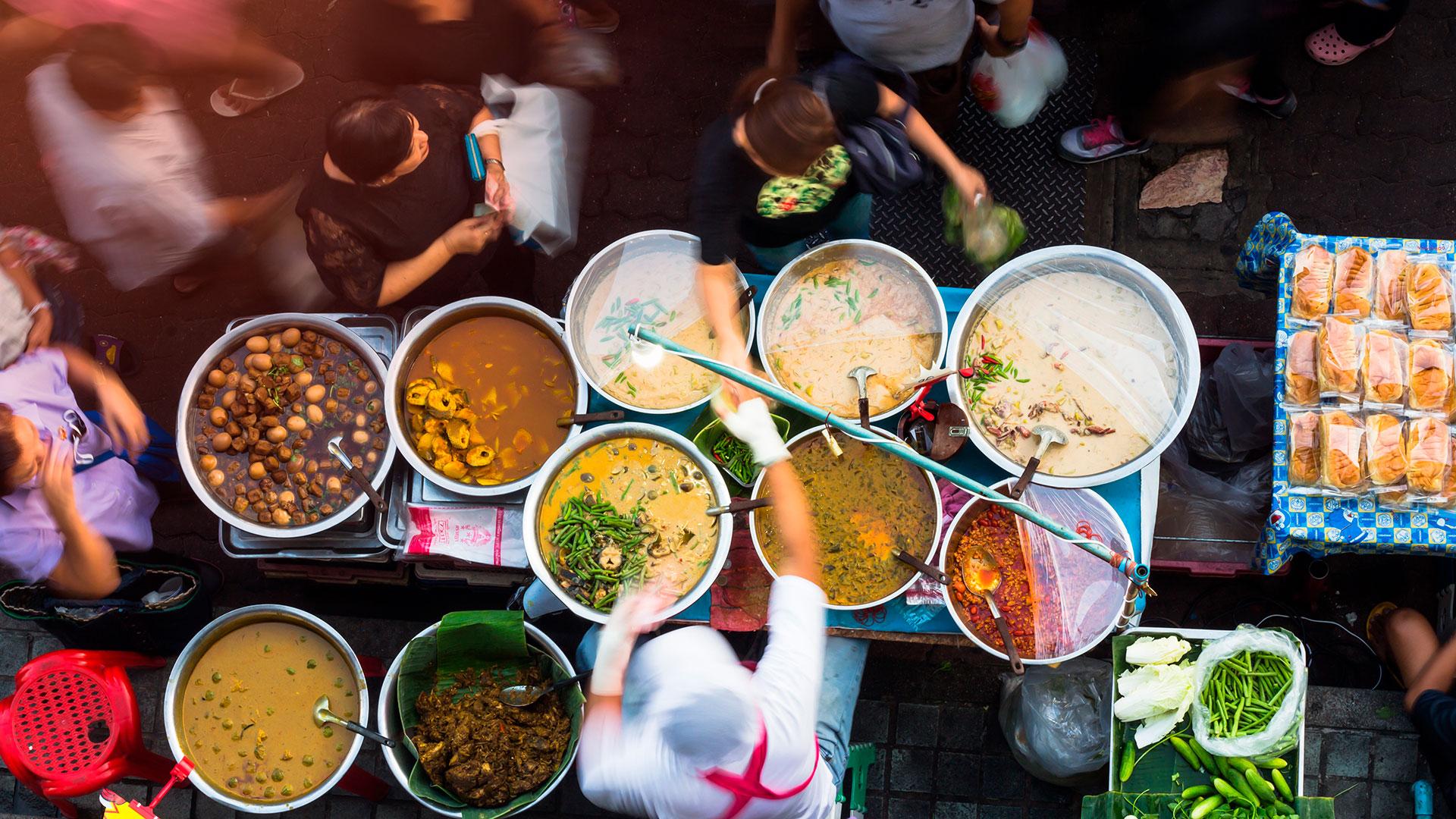 El Mercado Wang Lang, ubicado en el río Chao Phraya desde el Gran Palacio, es uno de los principales destinos gastronómicos de Bangkok (Shutterstock)