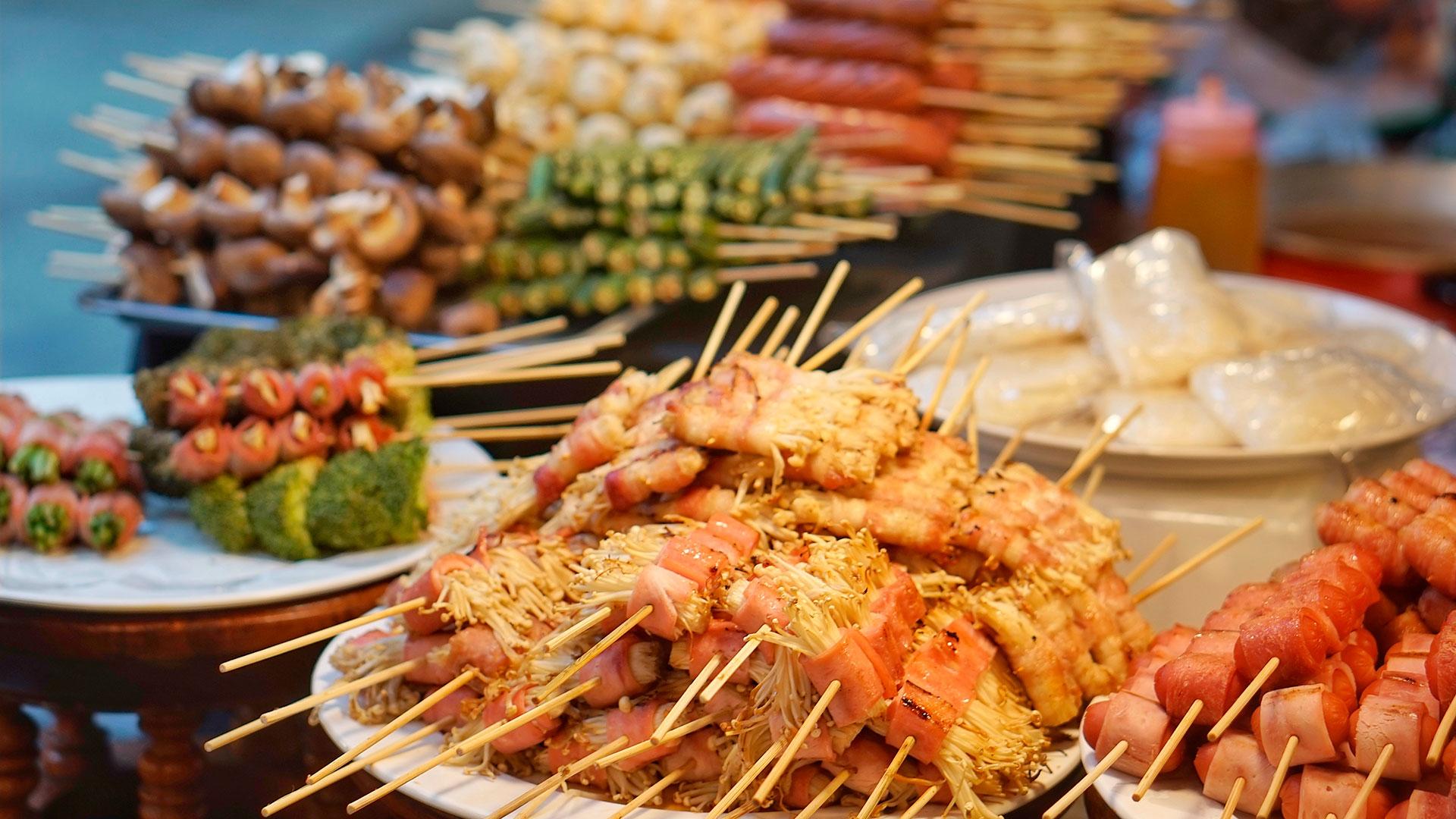 Bangkok es una de las mejores ciudades de comida callejera del mundo, sin embargo se trata de un destino donde florecen los restaurantes de todos los niveles (Shutterstock)