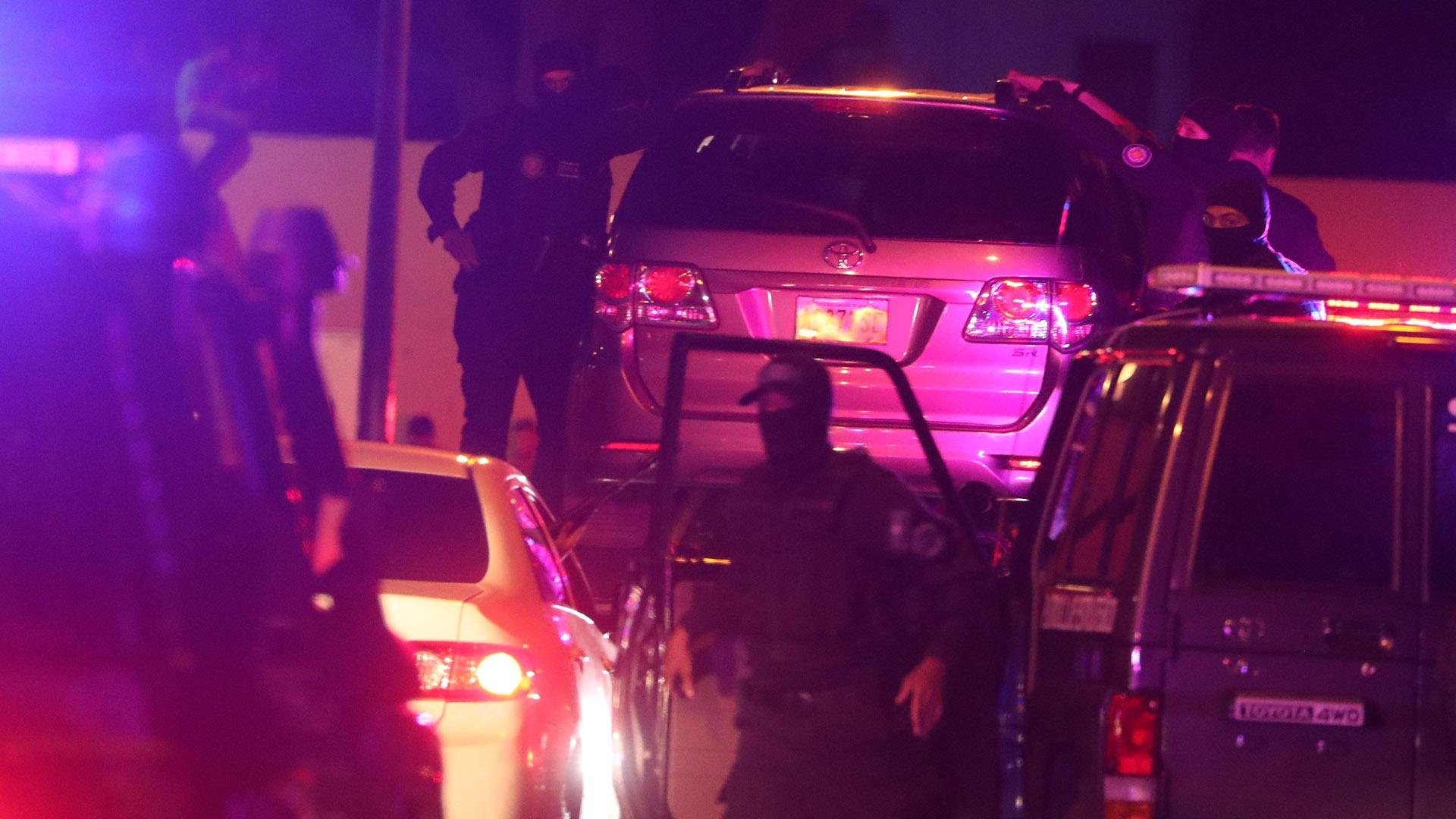 El momento en elq ue el Sebin se lleva el auto de Edgar Zambrano con el vicepresidente de la Asamblea NAcional encerrado en su interior.