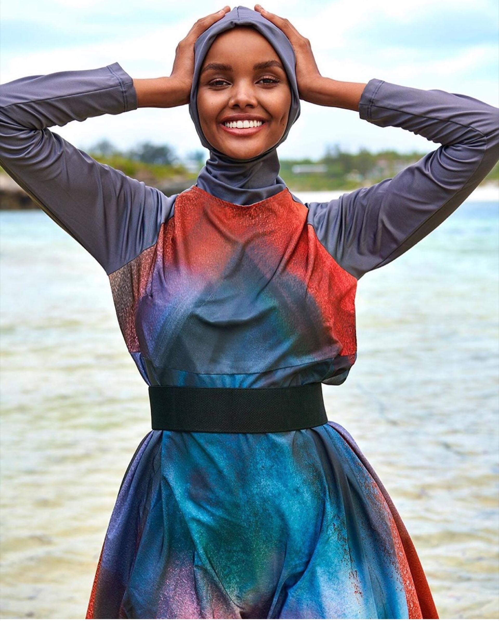 Halima Aden con un burkini para la edición de trajes de baño de Sports Illustrated.