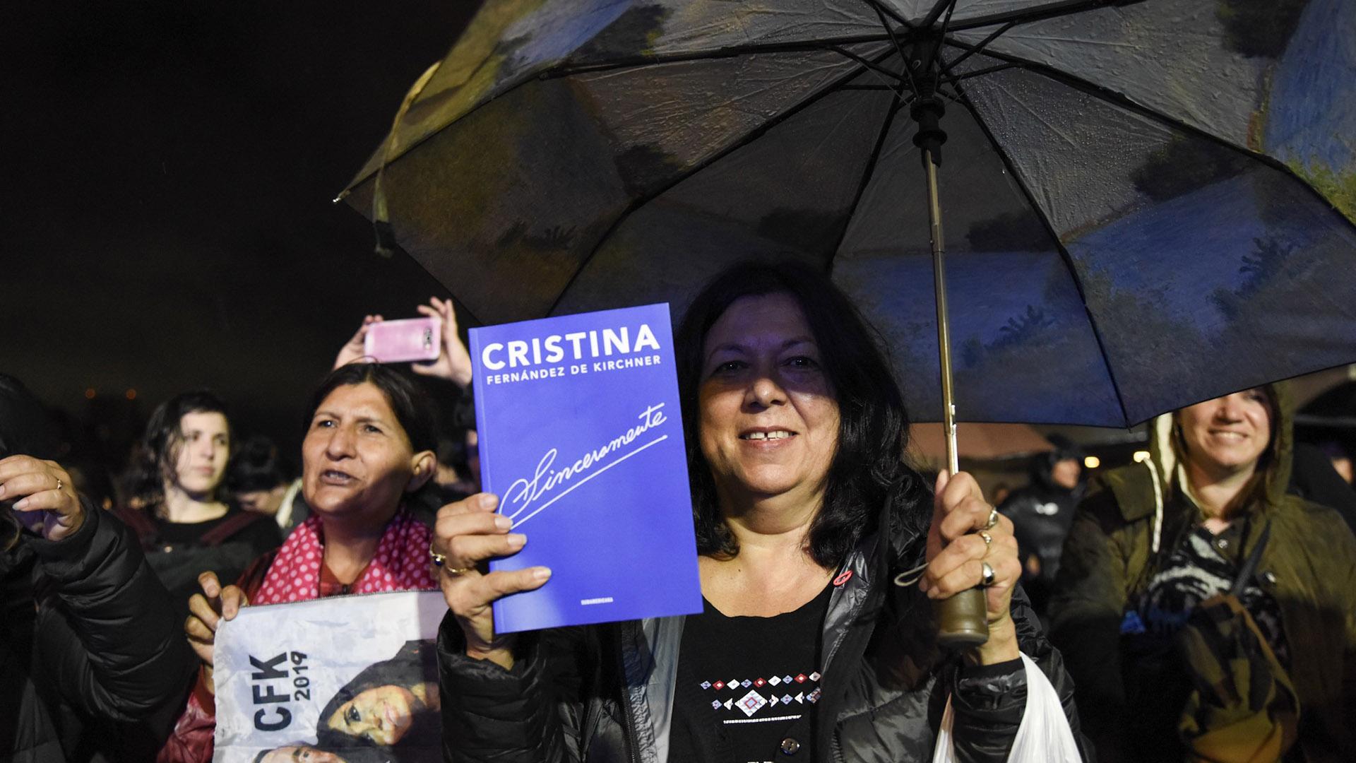 Los militantes fueron a la feria con el libro de la ex presidenta en la mano
