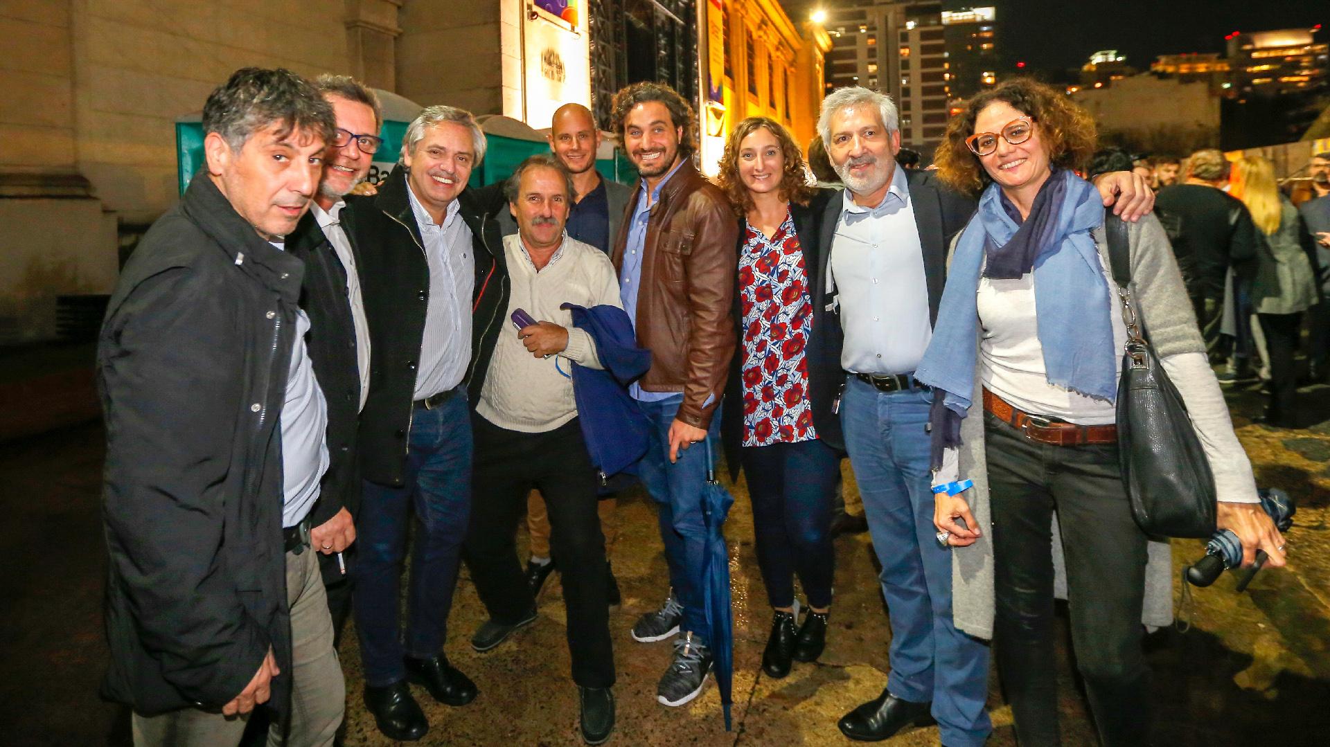 Alberto Fernández y Alberto Baduan, ex director general del COMFER, junto a otros asistentes al acto