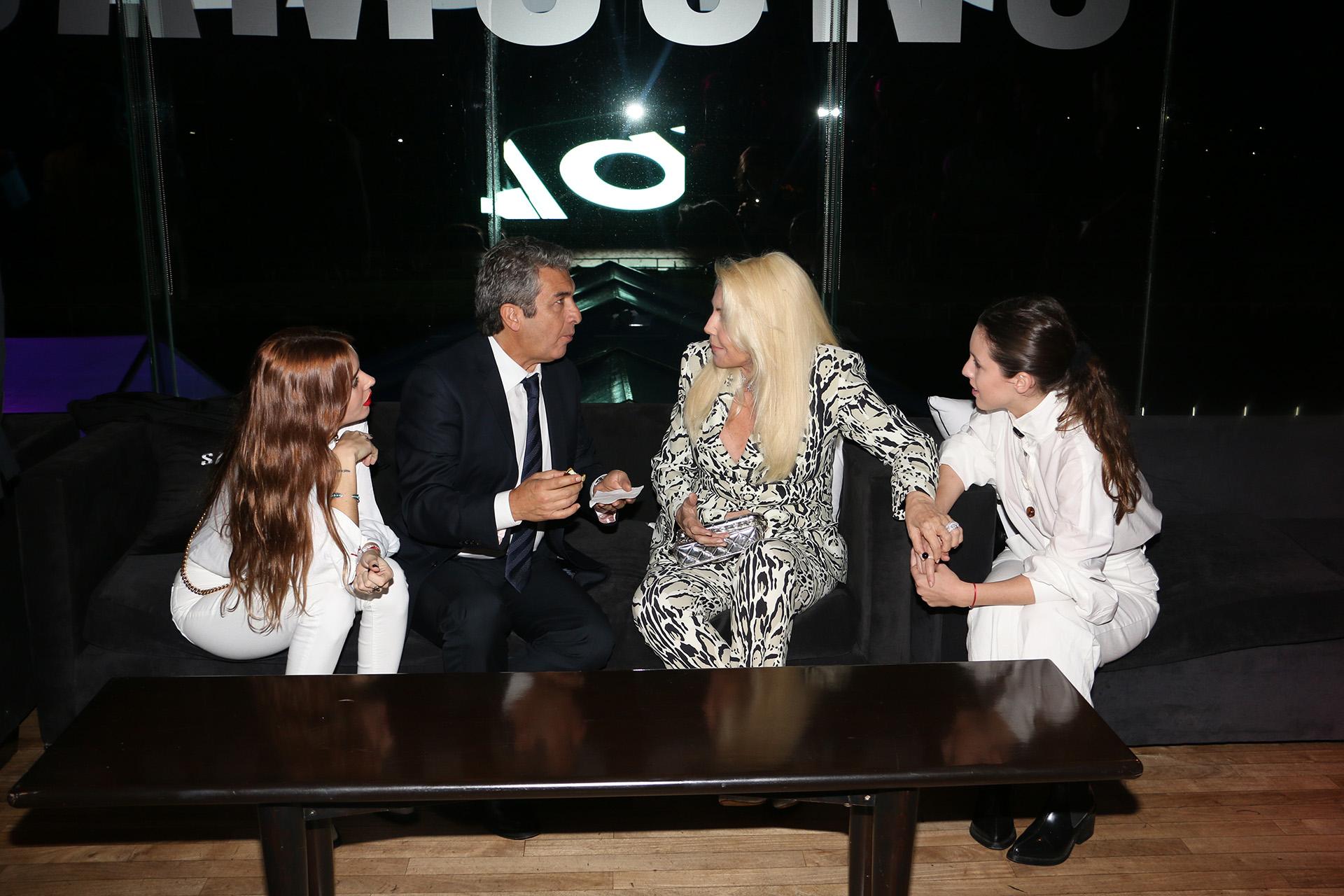 Como una familia ensamblada: Darín y Susanaconversan; escuchan atentas la nieta de la conductora y la hija del actor