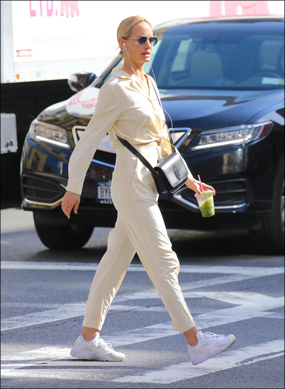 Amber Valletta con un look minimal.