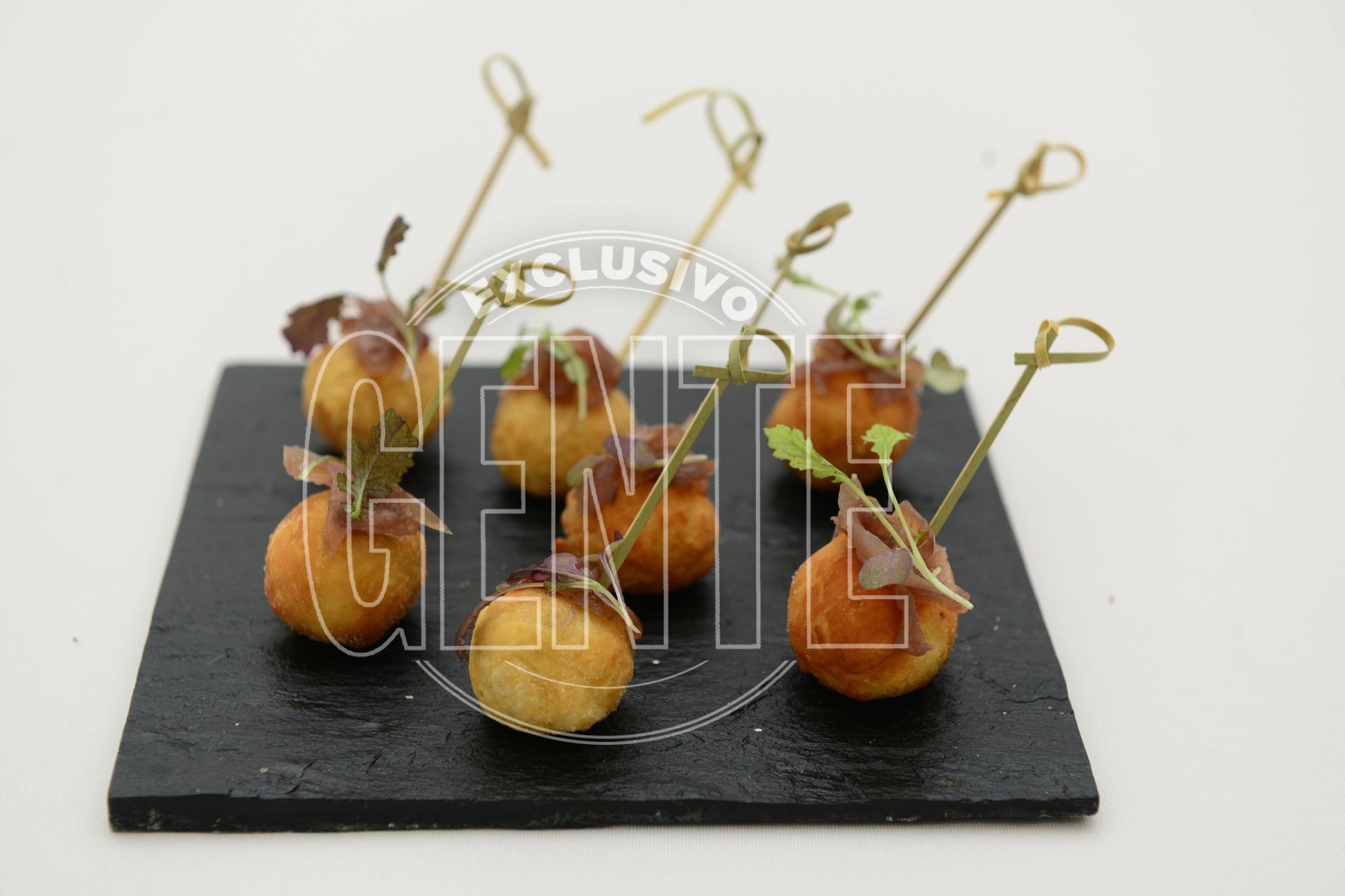 Buñuelos de cordero braseado con cebolla caramelizada en Malbec.