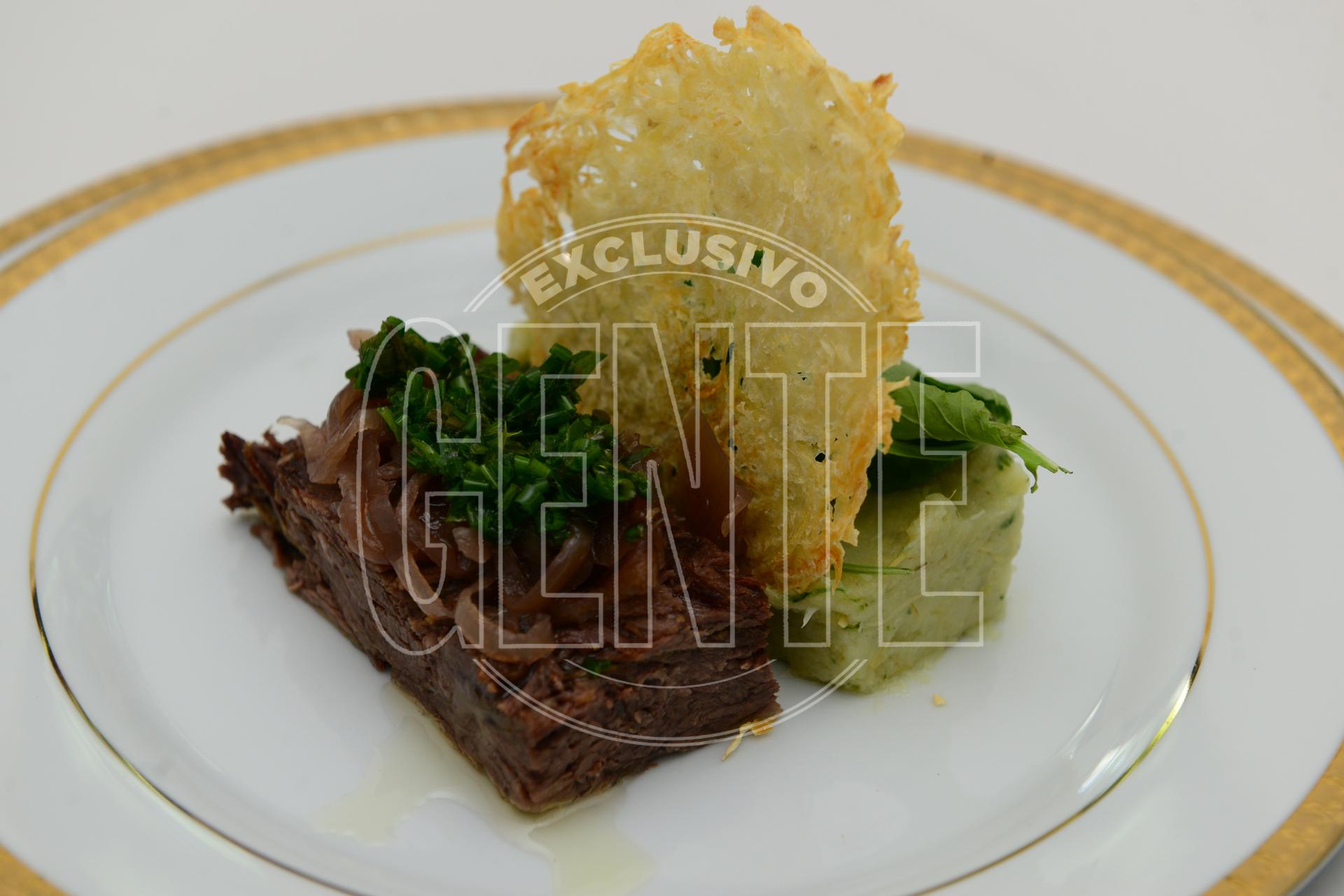 Vacío braseado con puré de alcauciles y ensalada de rúcula con salsa de hierbas y cebollas caramelizadas al Malbec.