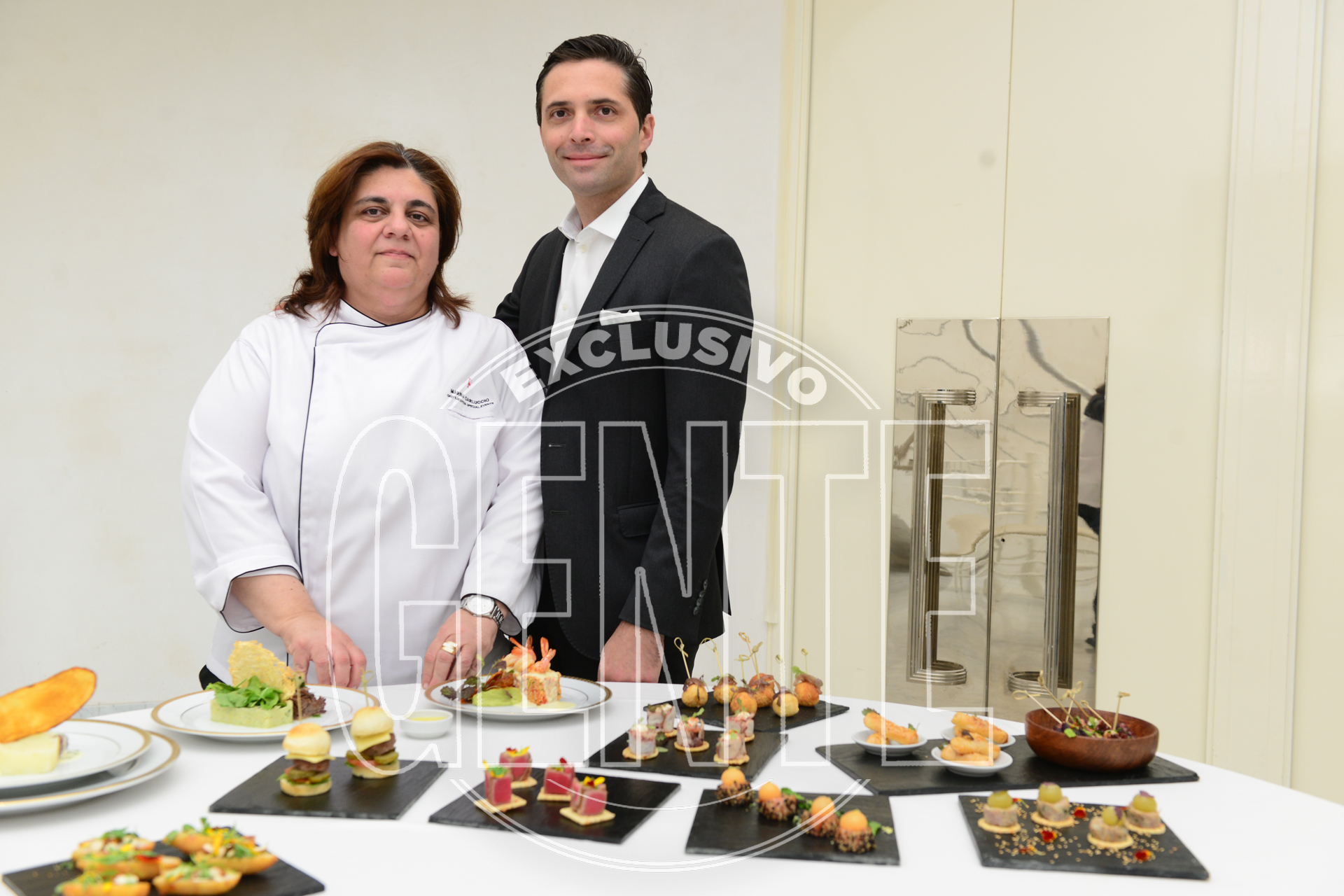 La chef ejecutiva del Faena Art Center, Marina Carluccio y el director de Faena Catering y Faena Art Center, Francisco Prieto Cané, con parte del menú. De lo dulce se encargó Agustina Millán, chef de pastelería.