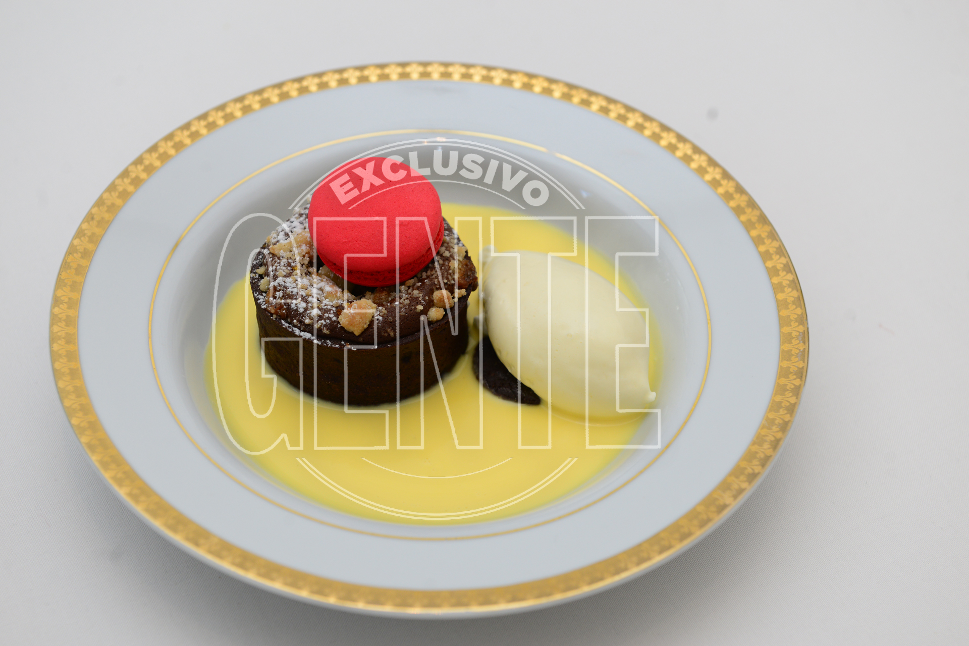 Capuchino, salsa de vainilla, souffle de chocolate con café, lago de crema y macarron de chocolate.