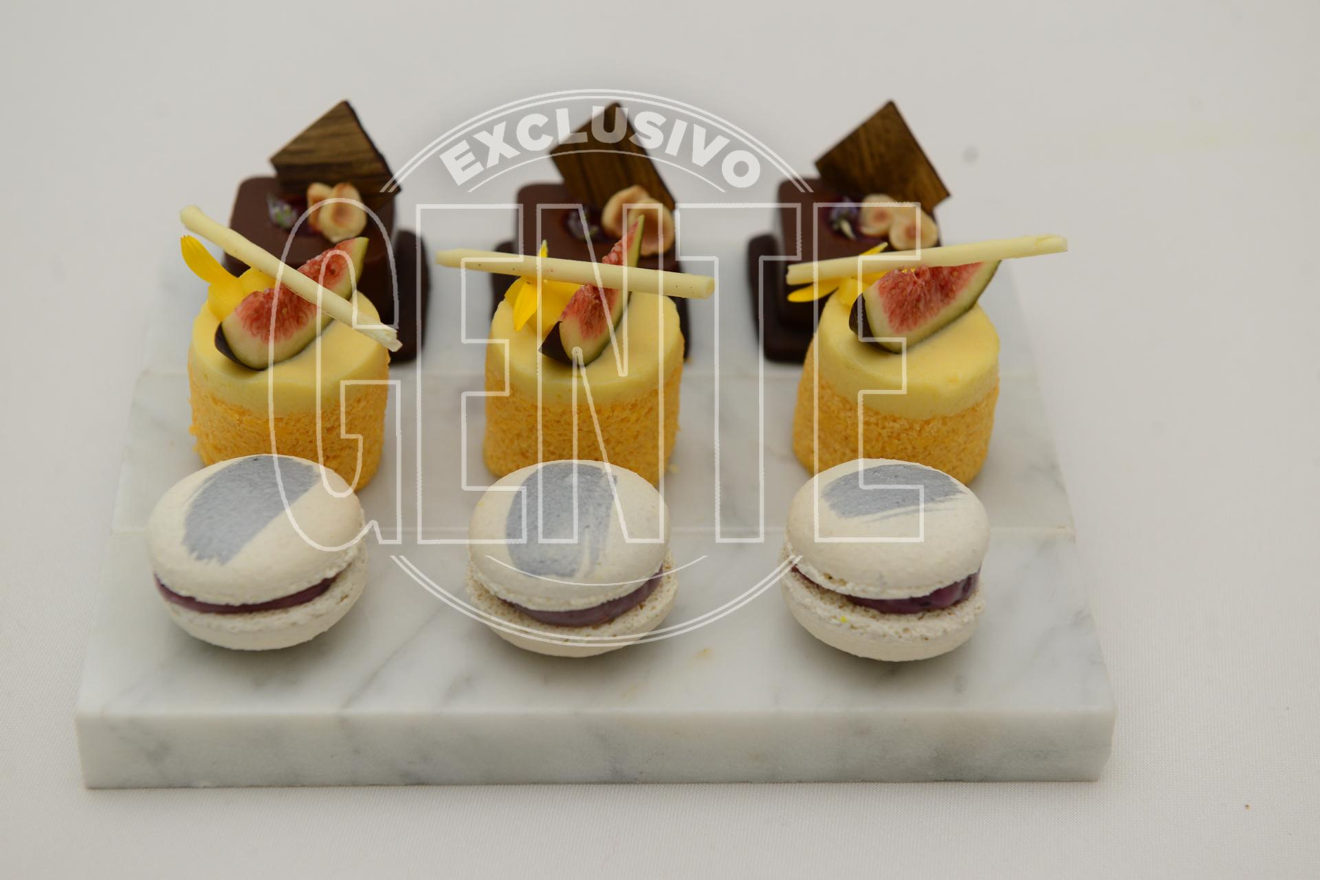 Panacotta de chocolate amazónico y lavanda, charlotte de mango y lima y macarrones de chocolate blanco y frutos rojos.