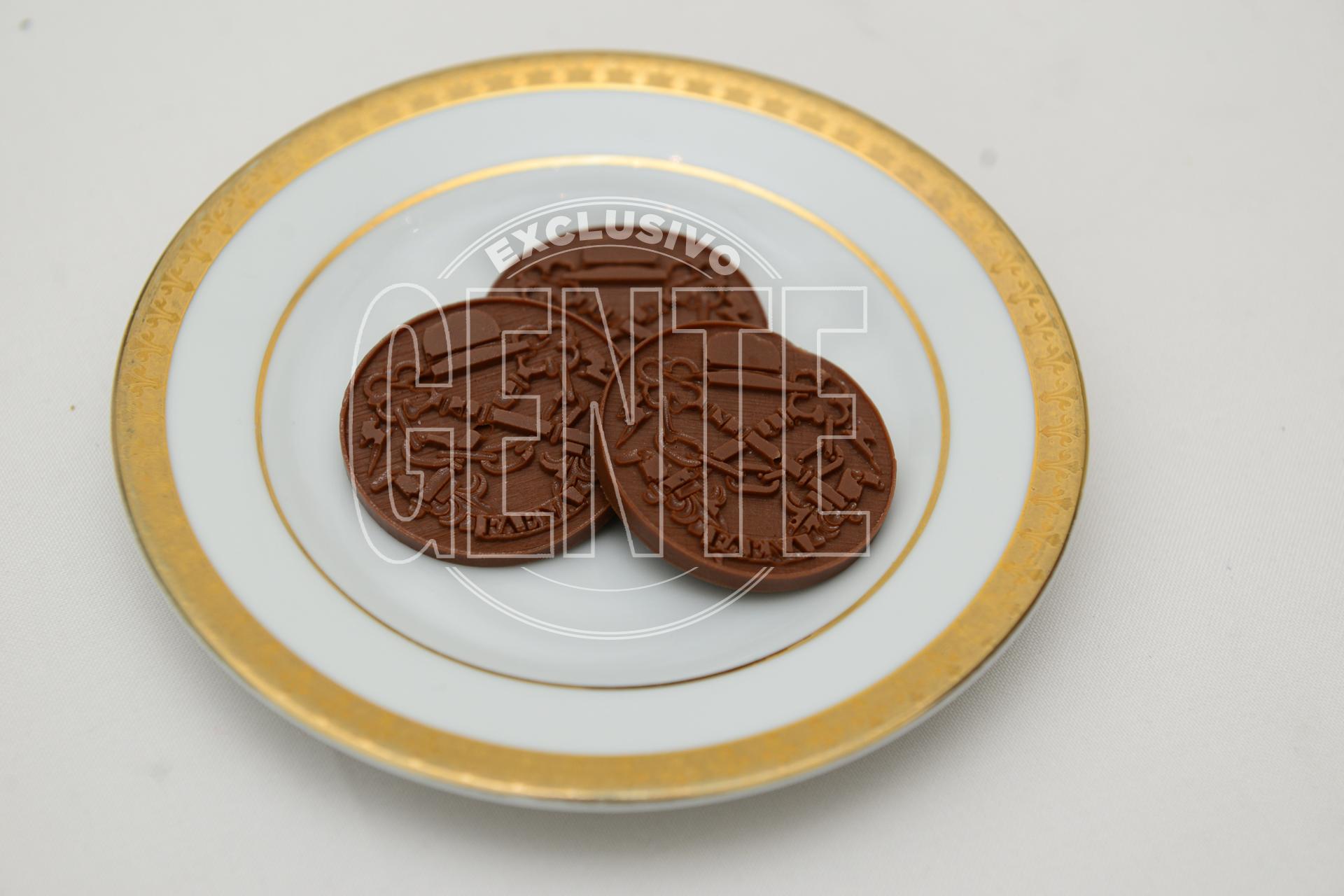Petit Four de chocolate con leche y naranja con el logo del Faena impreso.