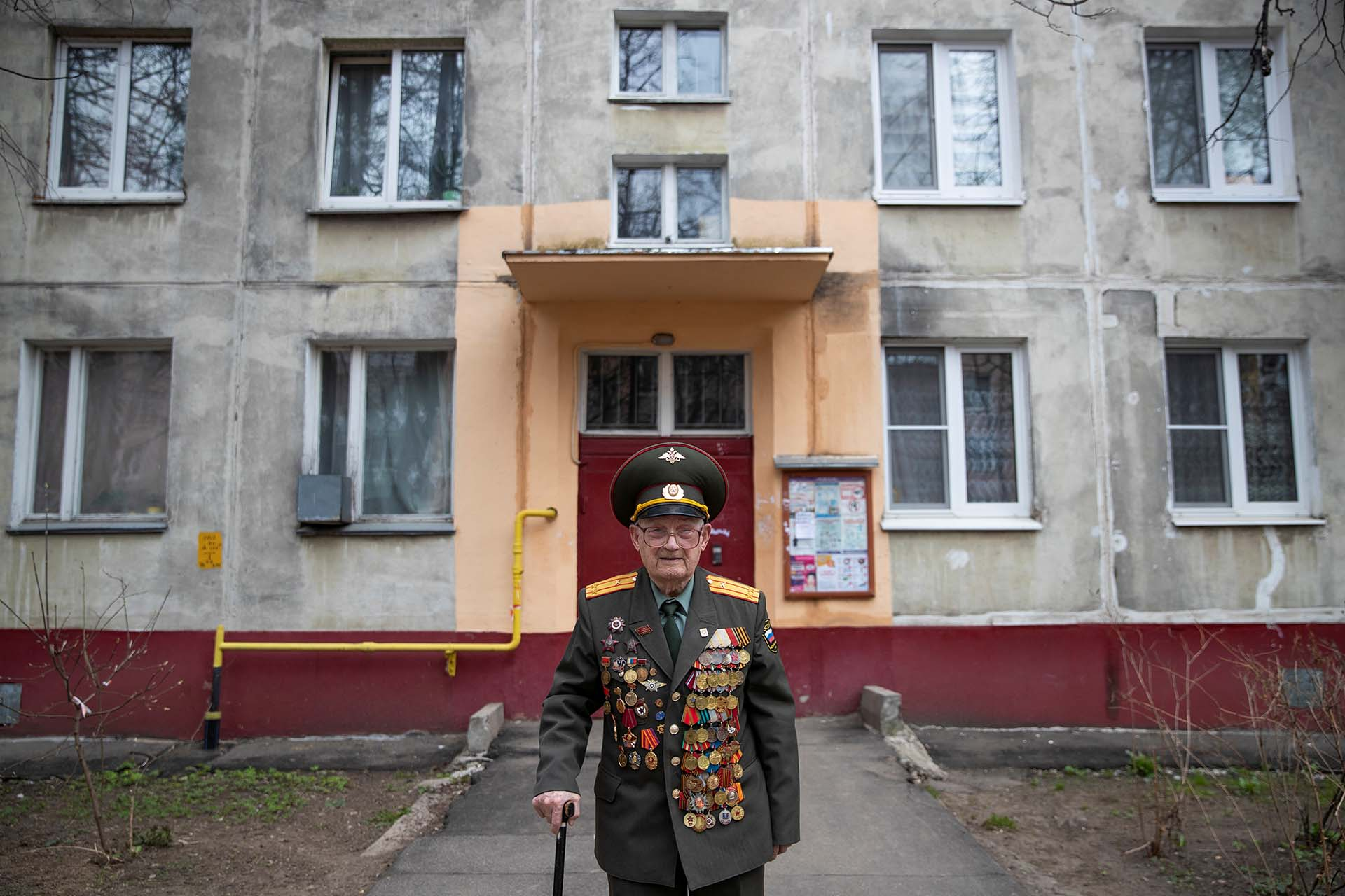 Nikolay Bagayev, frente a su departamento en Korolyov (REUTERS/Maxim Shemetov)