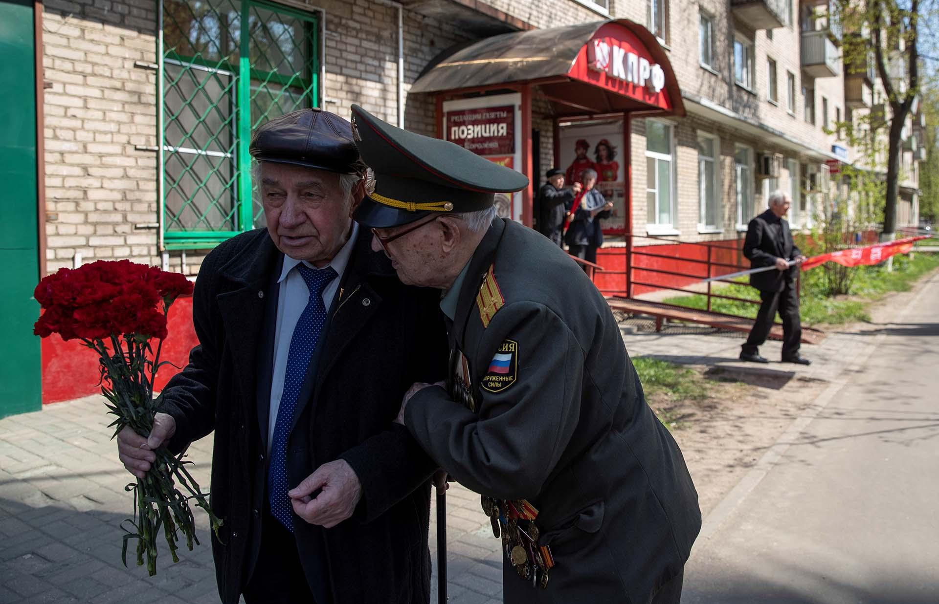 Nikolay Bagayev junto a su amigo Alexander Guselnikov (REUTERS/Maxim Shemetov)