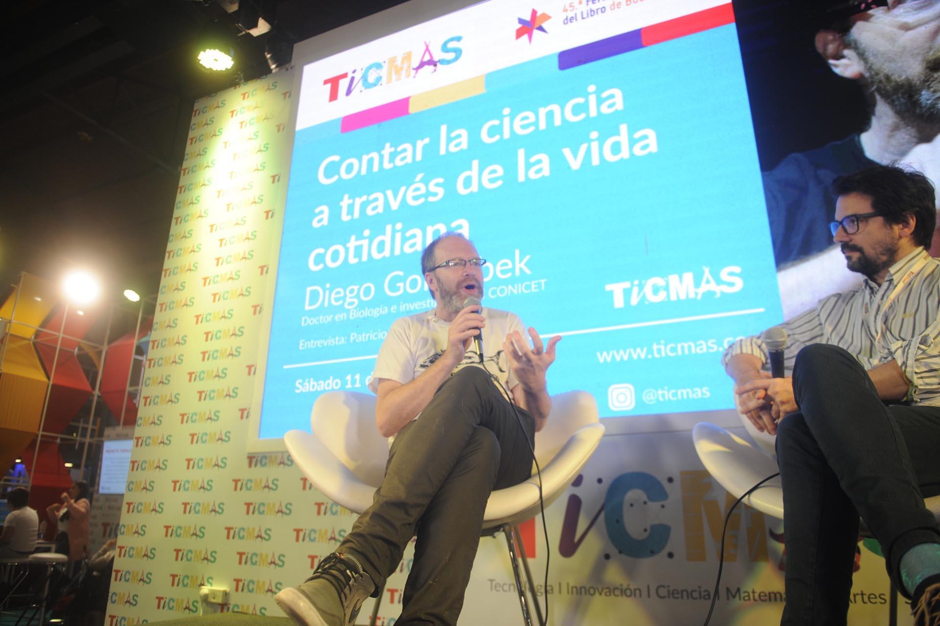 Diego Golombek en el stand de Ticmas (Dino Calvo)
