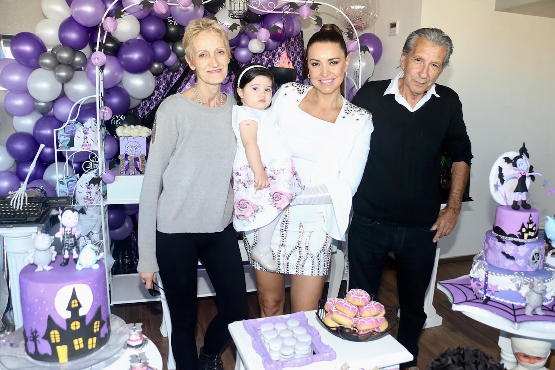 Andrea Estévez, junto a su hija y sus padres