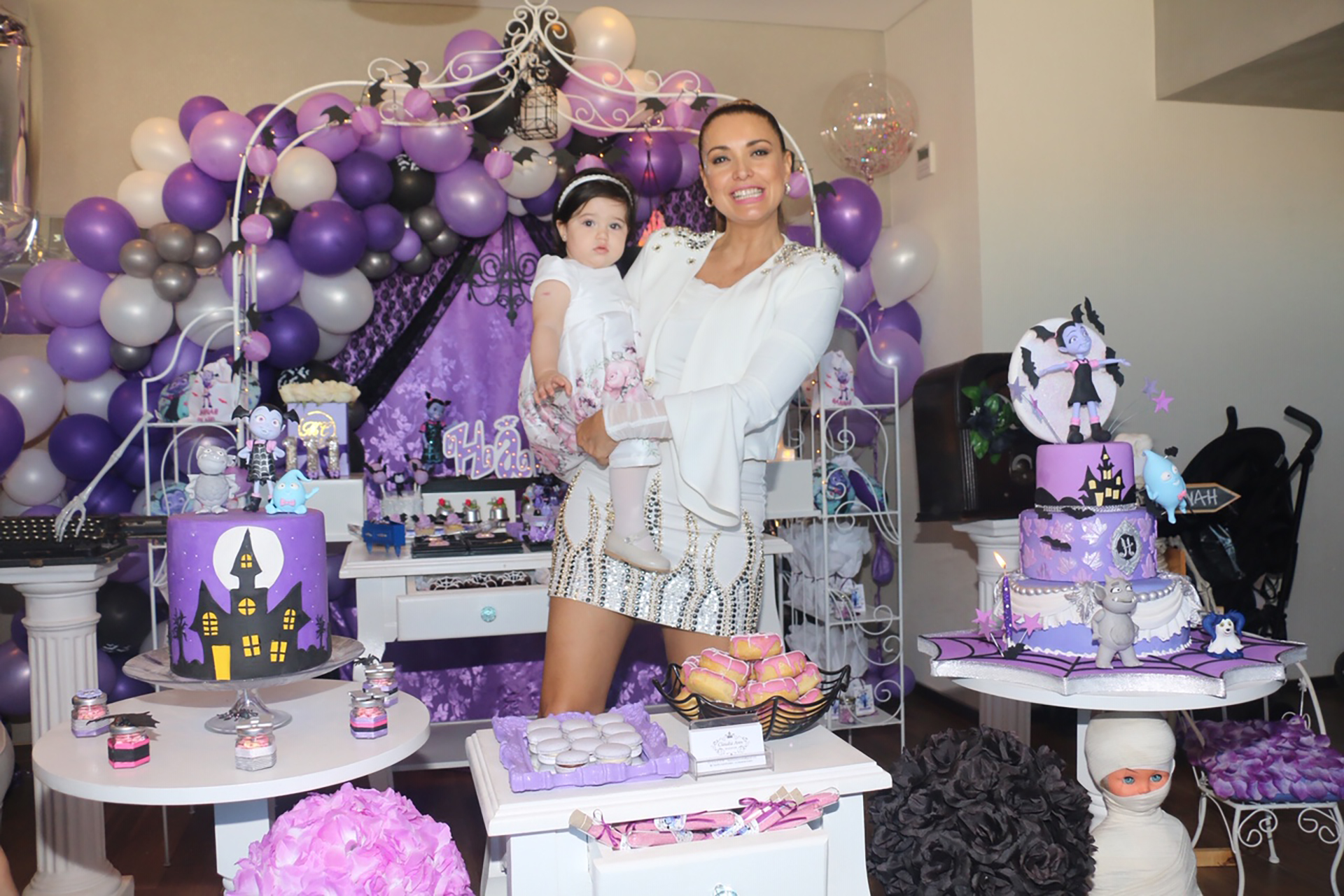 El violeta, el rosa y el negro predominaron en la decoración del cumpleaños