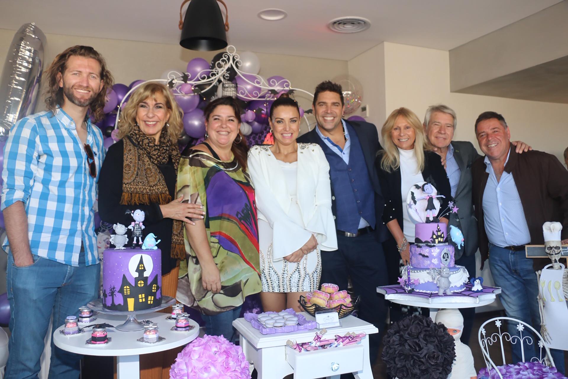Andrea Estévez y sus invitados, sonrientes en una tarde muy especial (Fotos: Verónica Guerman / Teleshow)