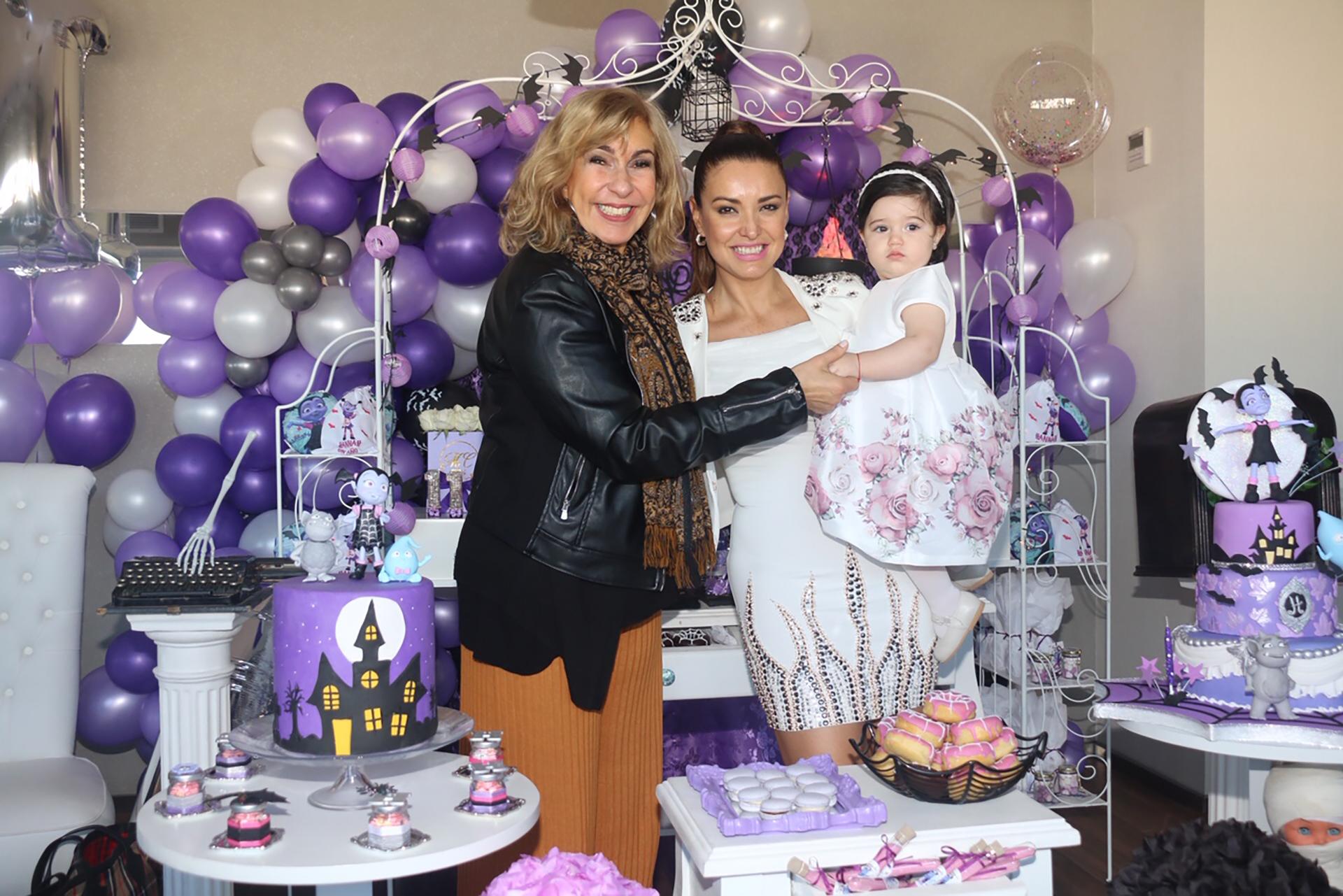 Georgina Barbarossa junto a la pequeña cumpleañera y su madre