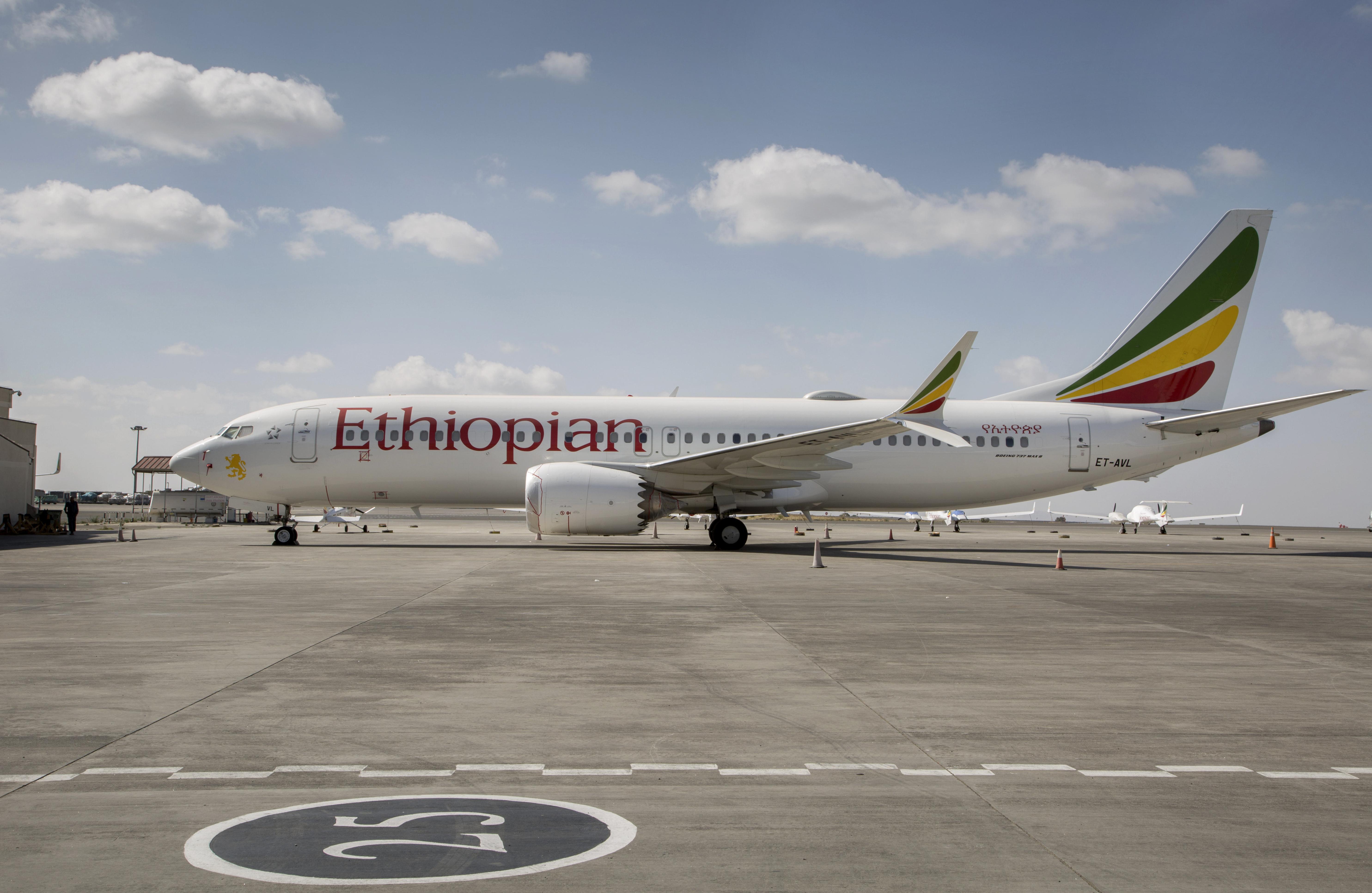 En esta fotografía de archivo del 23 de marzo de 2019, un Boeing 737 Max 8 de Ethiopian Airlines permanece en tierra en el aeropuerto internacional Bole en Adis Abeba, Etiopía. (AP Foto/Mulugeta Ayene, archivo)
