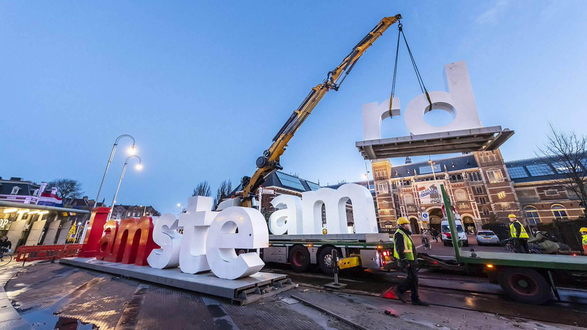"""El cartel de """"I Amsterdam"""" frente al Rijksmuseum en el que los turistas se sacaban fotos fue desarmado hace pocos días. (@SEETITYOOURSELF)"""