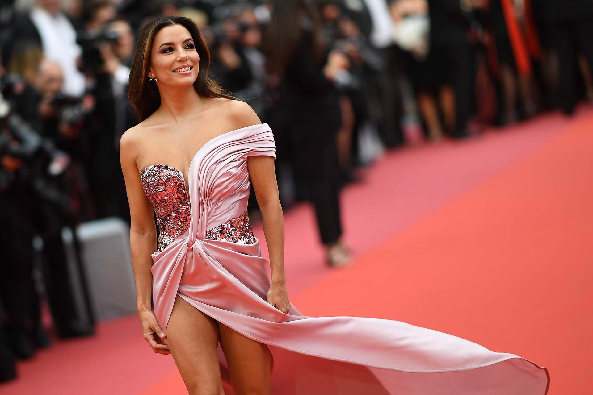 """La actriz estadounidense Eva Longoria posa en la alfombra roja antes de la proyección de la película """"The Dead Don't Die"""" , elegida para abrir la edición 72° del Festival de Cannes"""