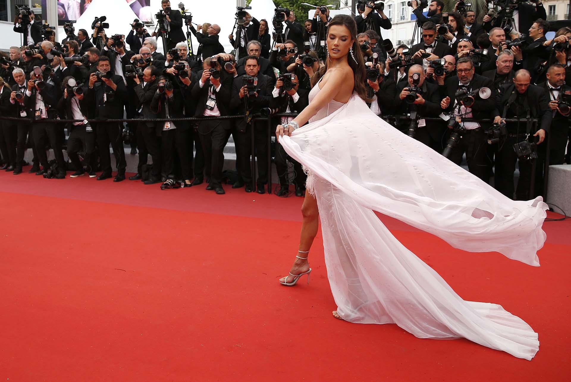 La modelo Alessandra Ambrosio posa para los fotógrafos