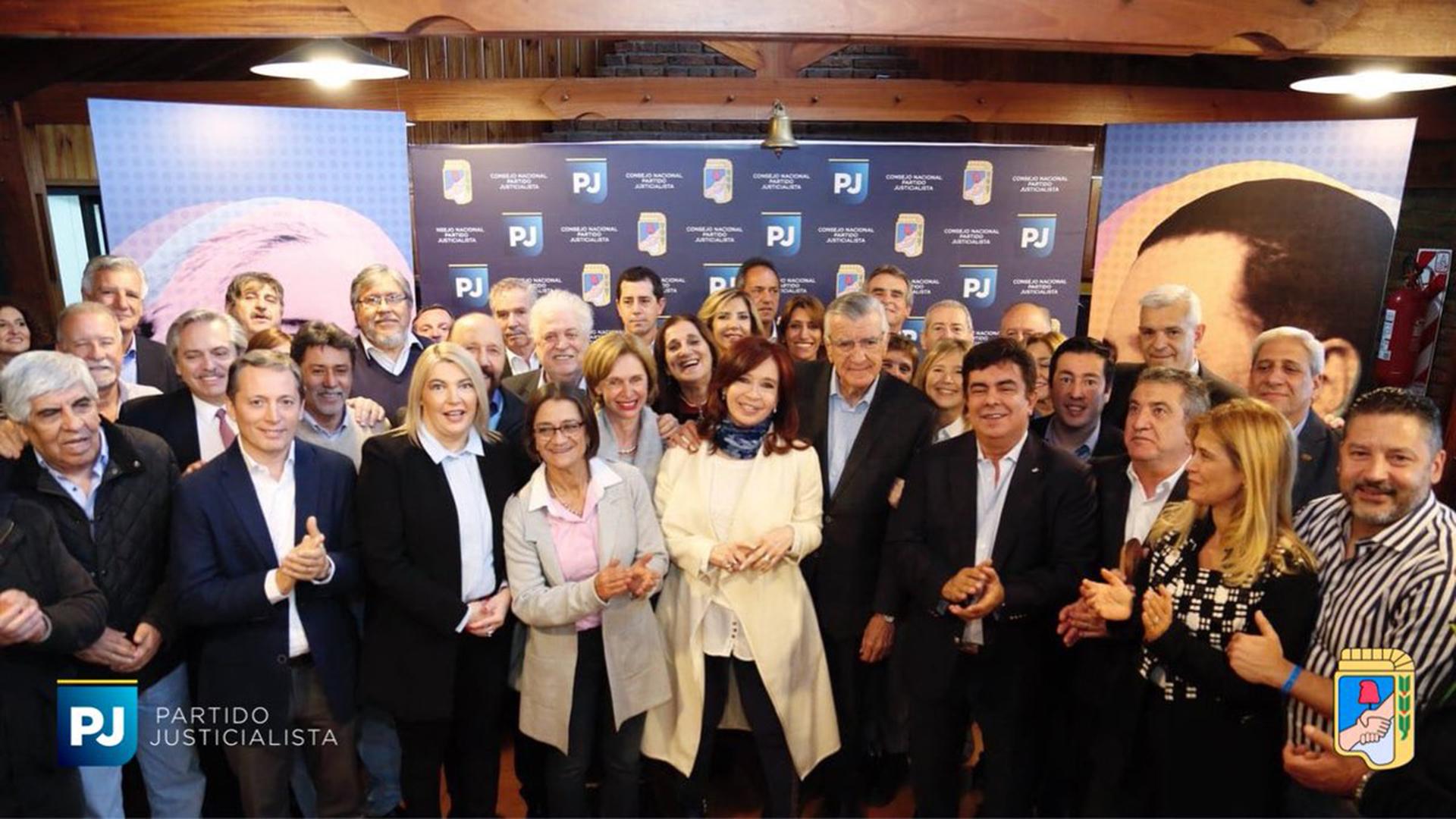 Parte de los intendentes estuvieron este martes junto a Cristina Kirchner en el PJ