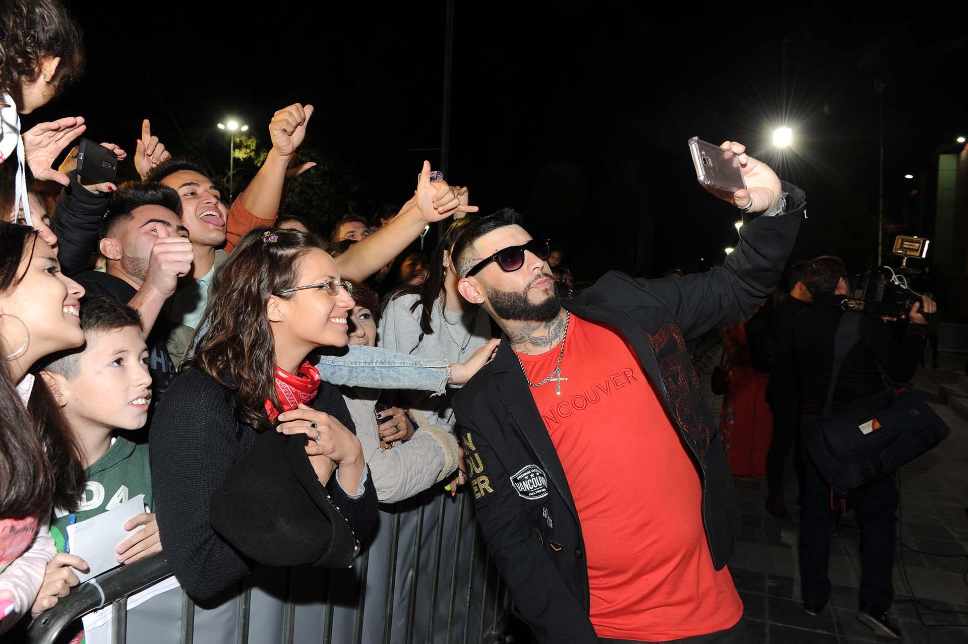 El musico Cordobes Ulises Bueno, al ingresar al Auditorio Ángel Bustelo, de Mendoza, para participar de la ceremonia de la 21a. entrega de los Premios Gardel. (Foto: Télam)