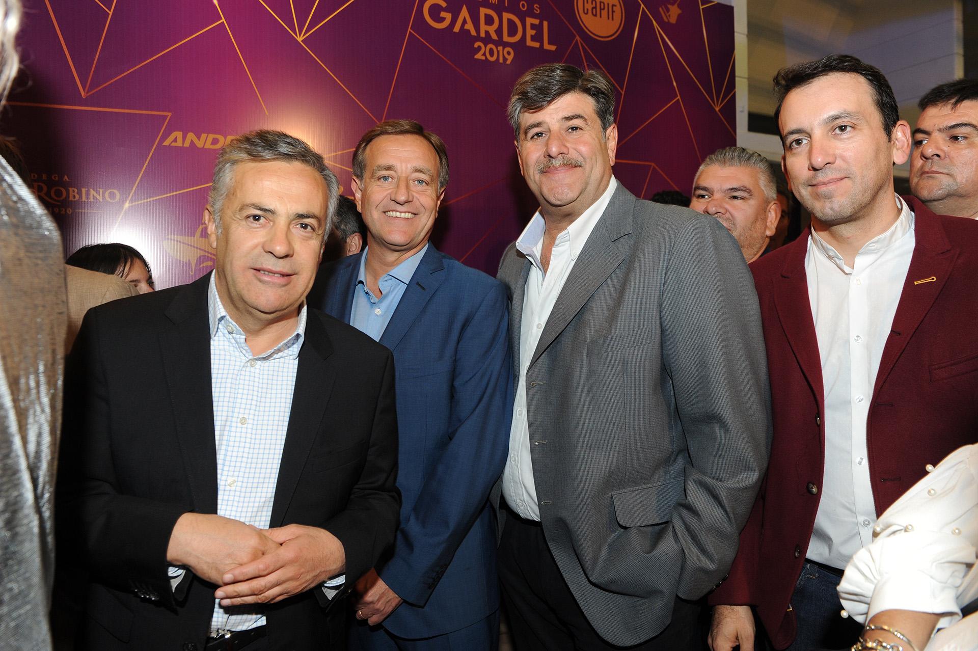 El gobernador de Mendoza, Alfredo Cornejo, al ingresar al Auditorio Ángel Bustelo, de Mendoza, para participar de la ceremonia de la entrega de los Premios Gardel, que distinguen a lo más destacado de la música argentina