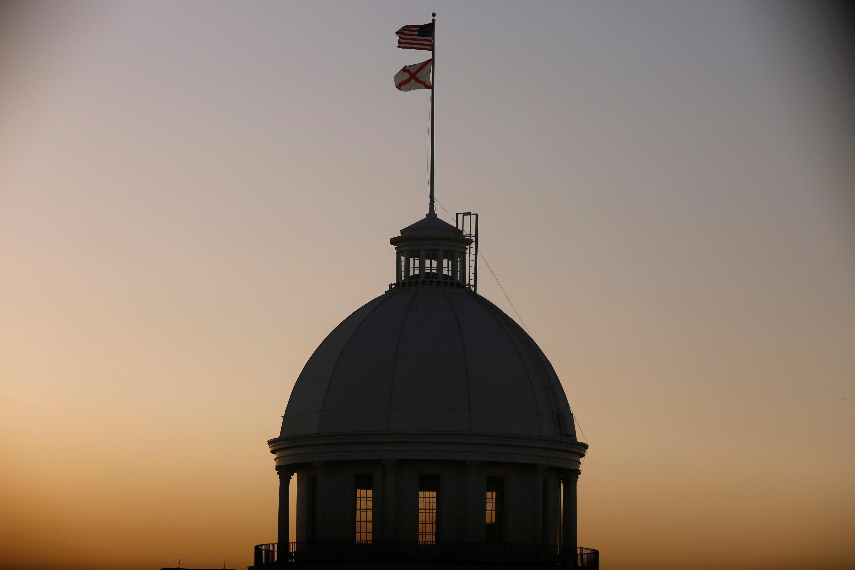 Las banderas de Estados Unidos y de Alabama en la Casa del Gobernador del estado enMontgomery(REUTERS/Chris Aluka Berry)