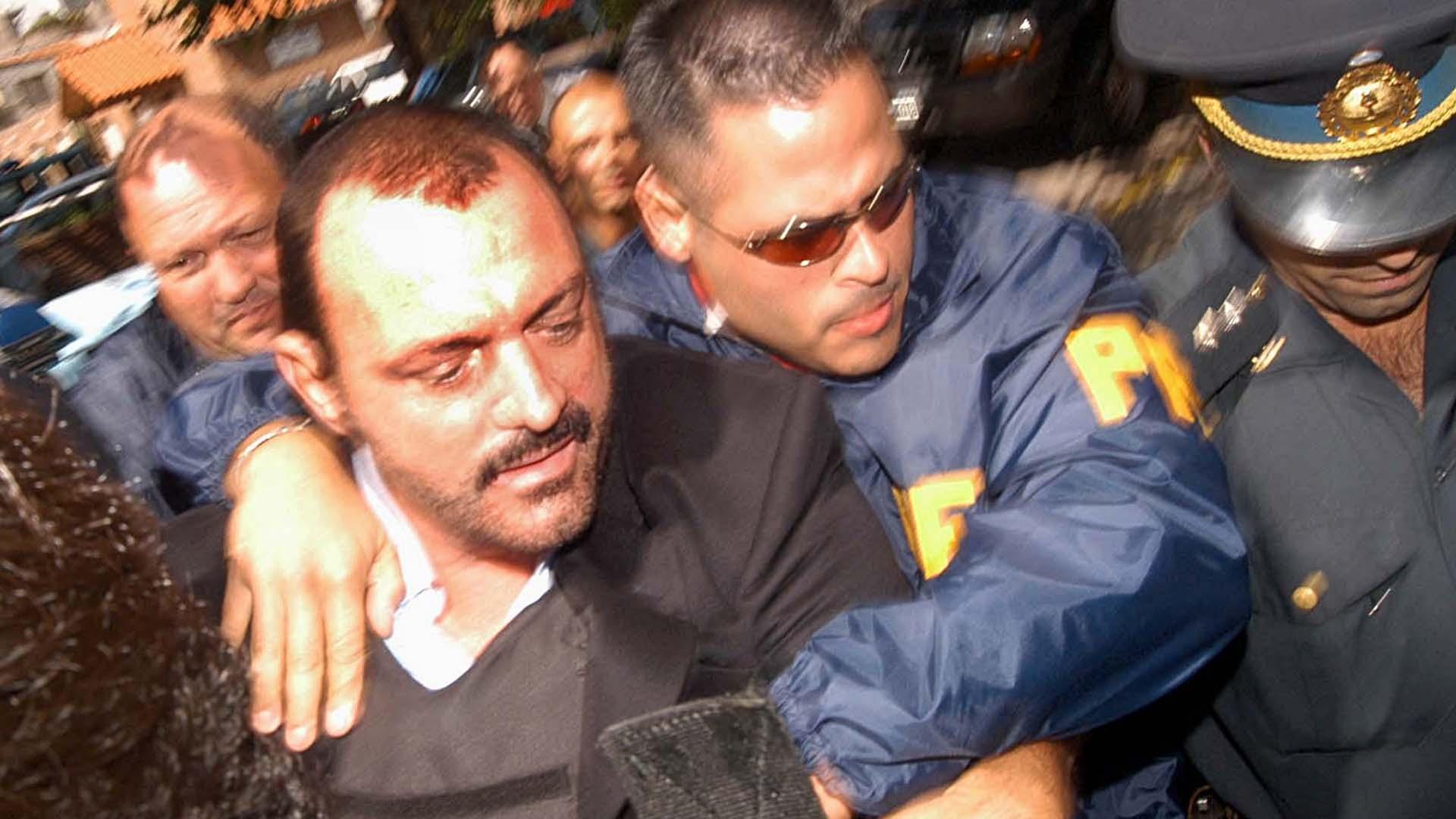 El empresario Horacio Conzi, detenido por efectivos de la Policía Federal, es trasladado tras presentarse ante el juez, a la delegación local de la PFA.
