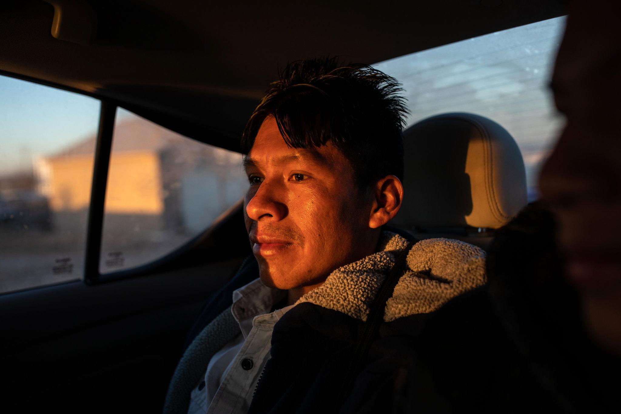 Rigoberto Pablo se dirige al Centro de Procesamiento de El Paso, en Texas, en marzo de 2019. (Tamir Kalifa para The New York Times)