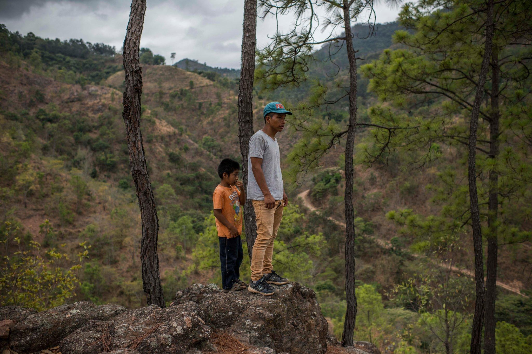 Valdomero Pablo (derecha), en las montañas cercanas a su pueblo ( Daniele Volpe para The New York Times)
