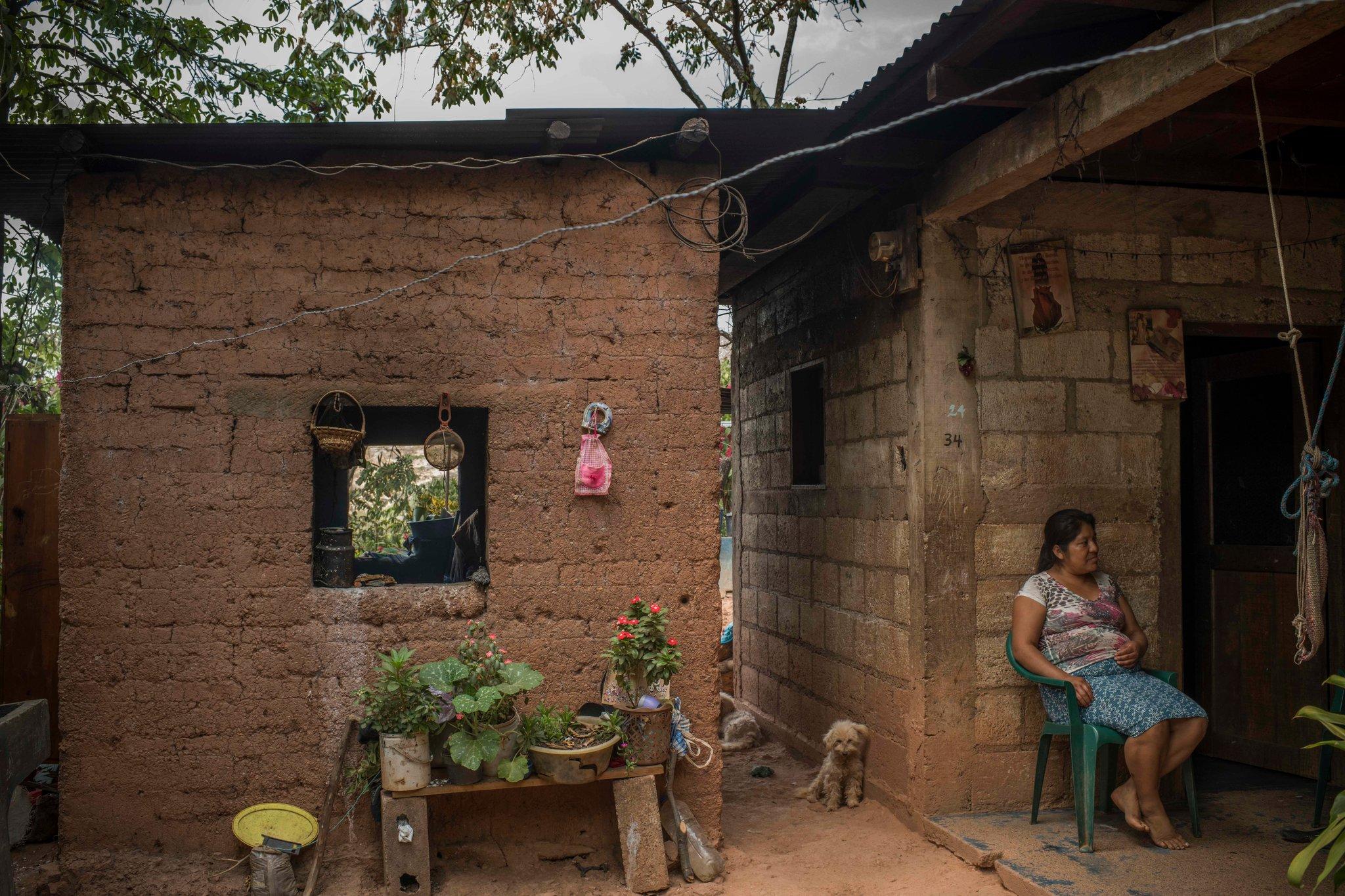 Candelaria Sales García, la esposa de Rigoberto Pablo, en el patio de su casa (Daniele Volpe para The New York Times)