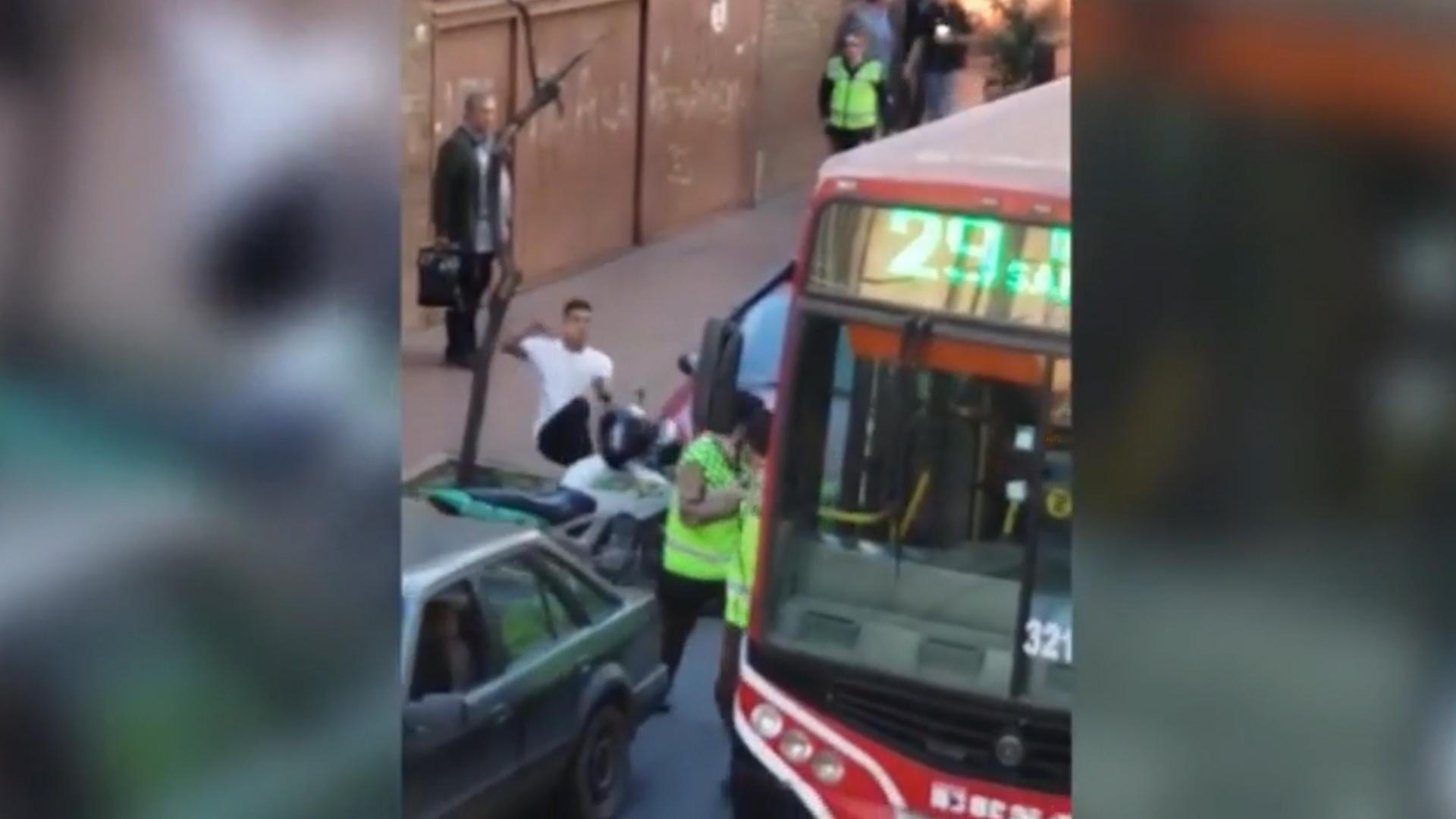 La patada a la moto municipal que desató la pelea entre inspectores y ciudadanos