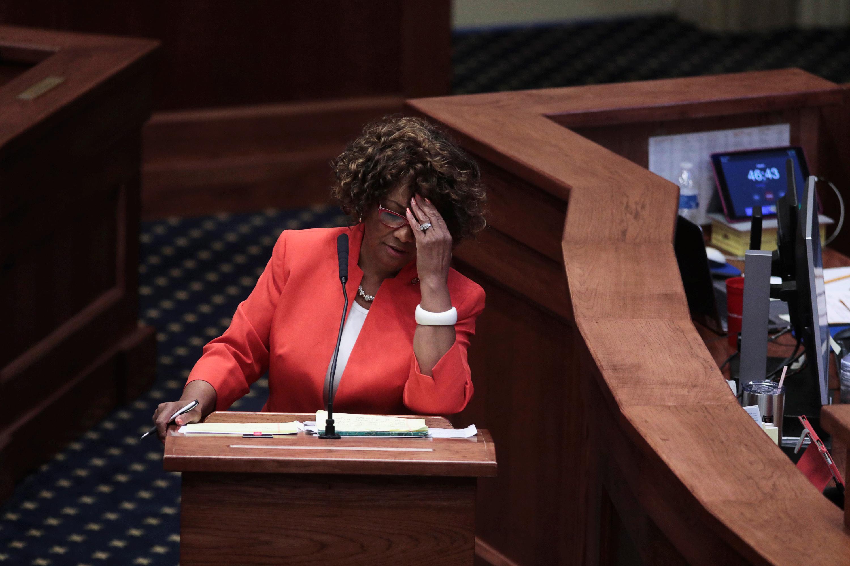 La demócrata Linda Coleman-Madison expresa su pesar en su intervención (Reuters)