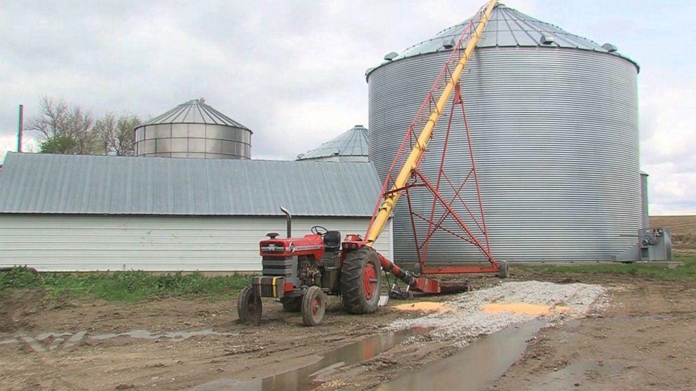 La maquinaria en la que quedó atrapado tiene un sistema de tornillo que eleva los granos (cortesía KETV)
