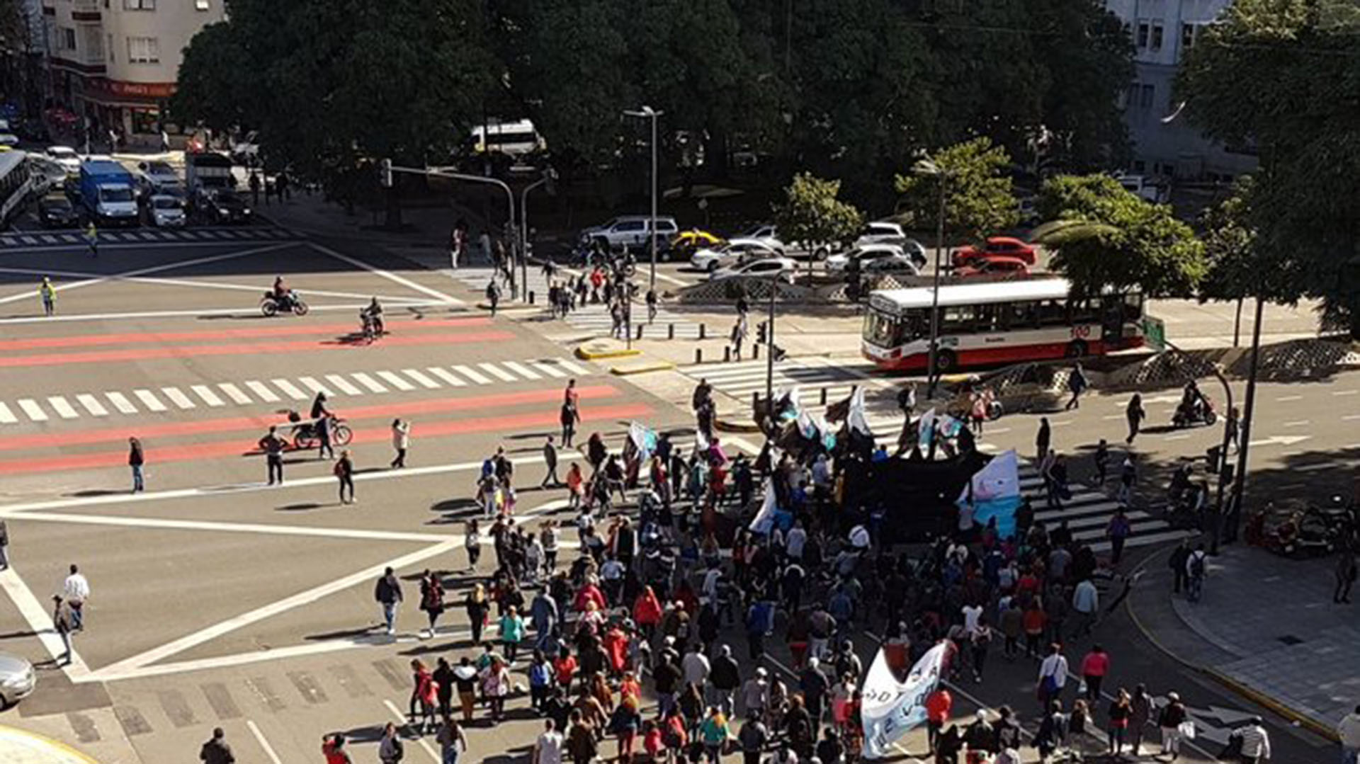 La marcha avanza hacia el Ministerio de Desarrollo (Foto: @marcelor362)