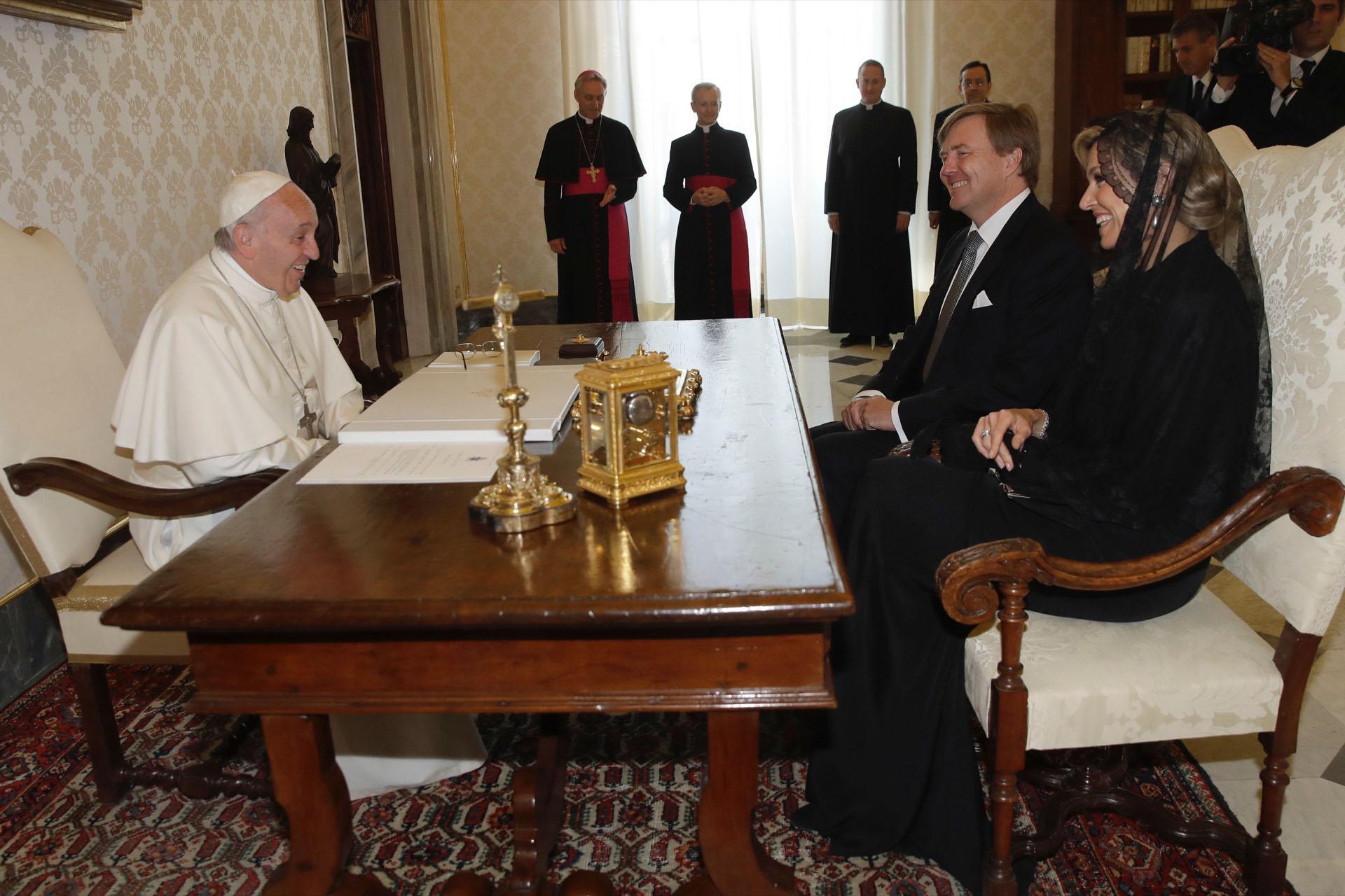 Su frescura y espontaneidad rompe los protocolos. Junto al rey Guillermo en su visita al Papa Francisco.