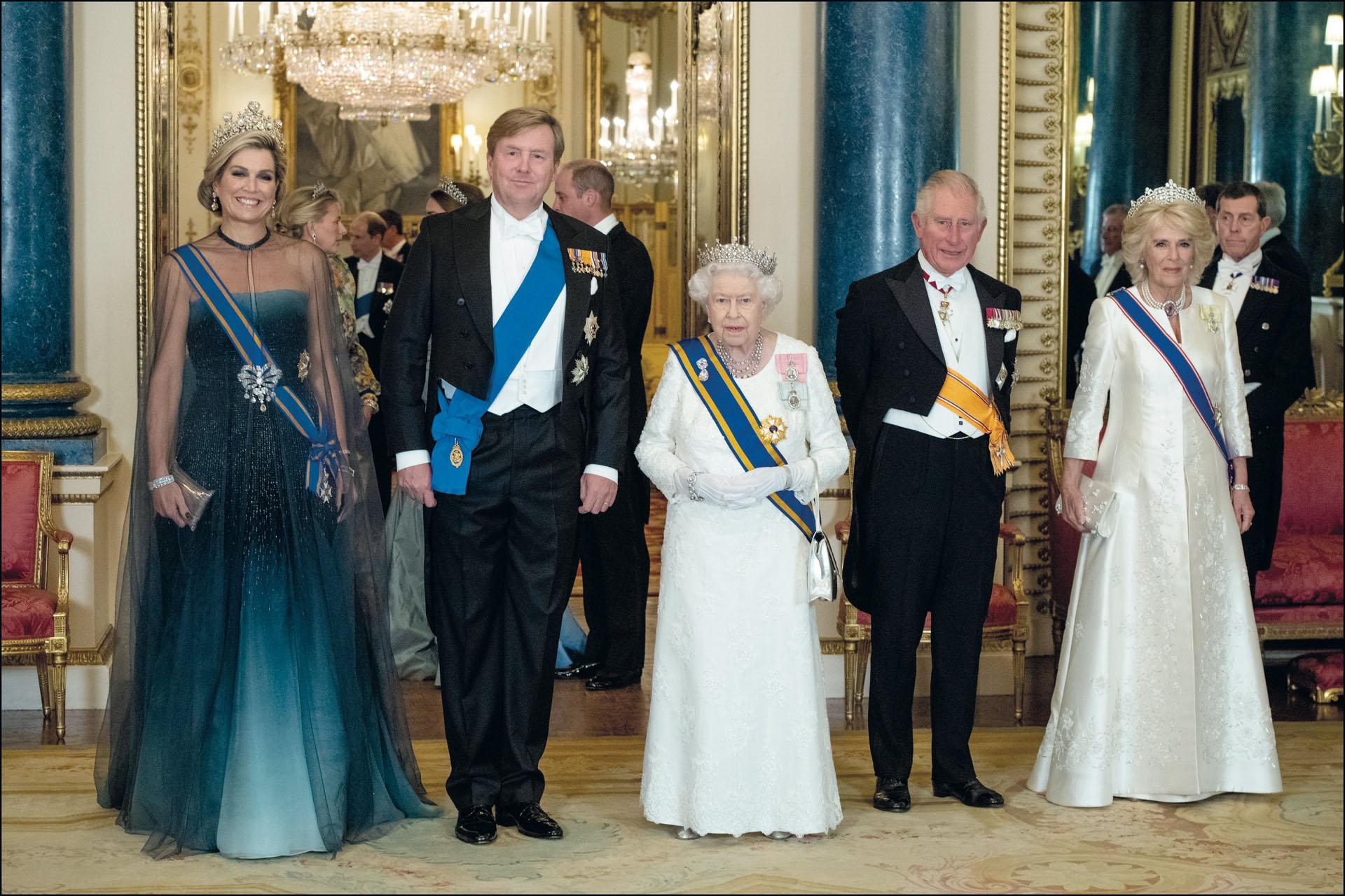 Ella y su esposo, junto ala reina Elizabeth II de Inglaterra, el príncipe Carlos y CamilaBowles, en el Palacio deBuckingham. Una reina que sabe cuál es su rol y cómo manejarse en cada situación.