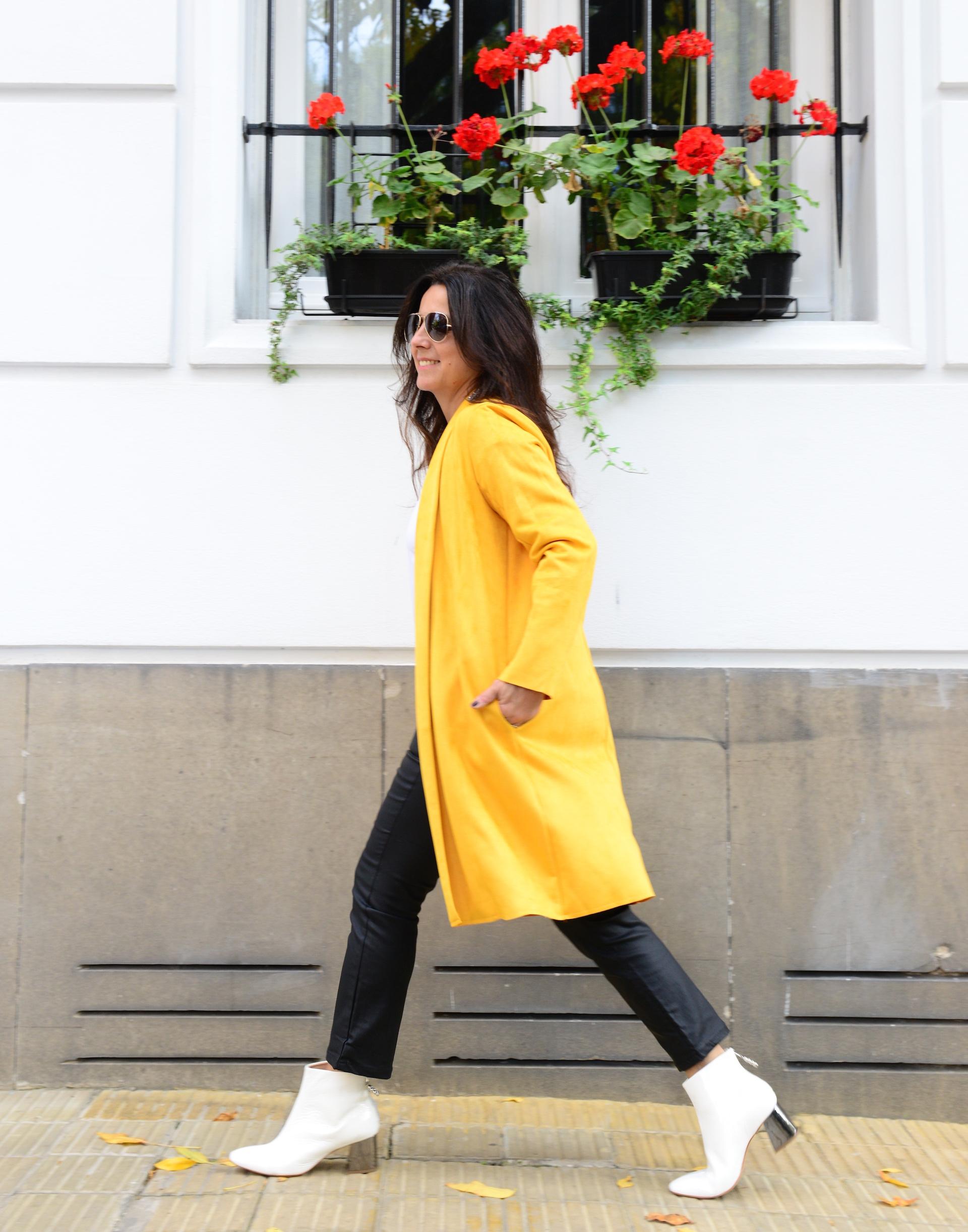 Marité Rizzo con tapado amarillo. (Foto: Alejandro Carra)