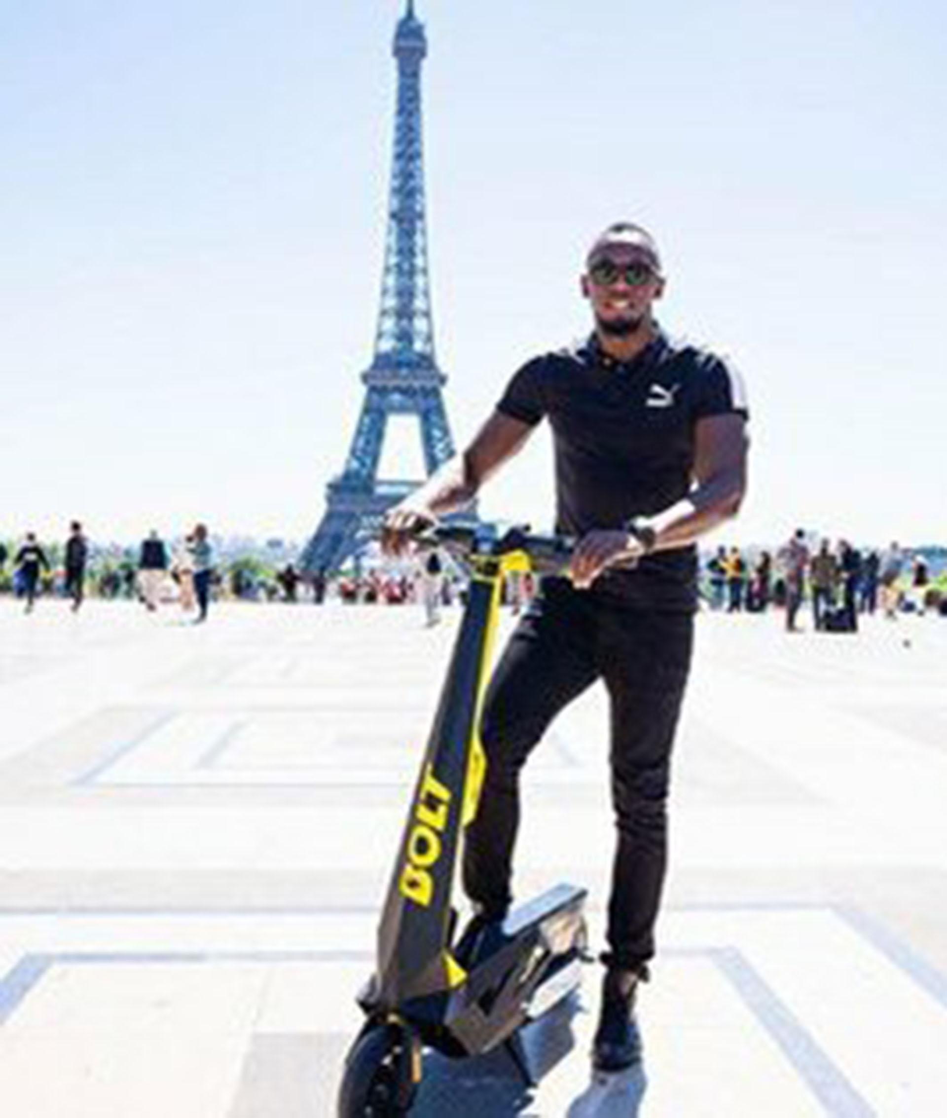 La leyenda del atletismo mundial posa con su patineta eléctrica frente a la Torre Eiffel