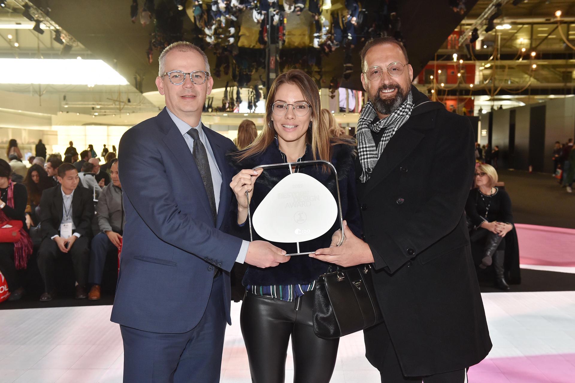 El Bestore Design 2019 en las manos de Giovanni Vitaloni -presidente de MIDO, izquierda-, Karoline Castañeda -Design INFINIT- y Gabriel Hanfling