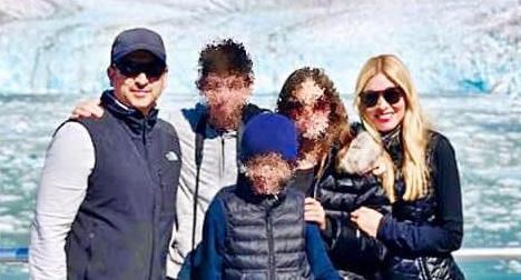 Alejandro Gómez en un viaje a Alaska con su familia (Foto: Especial)
